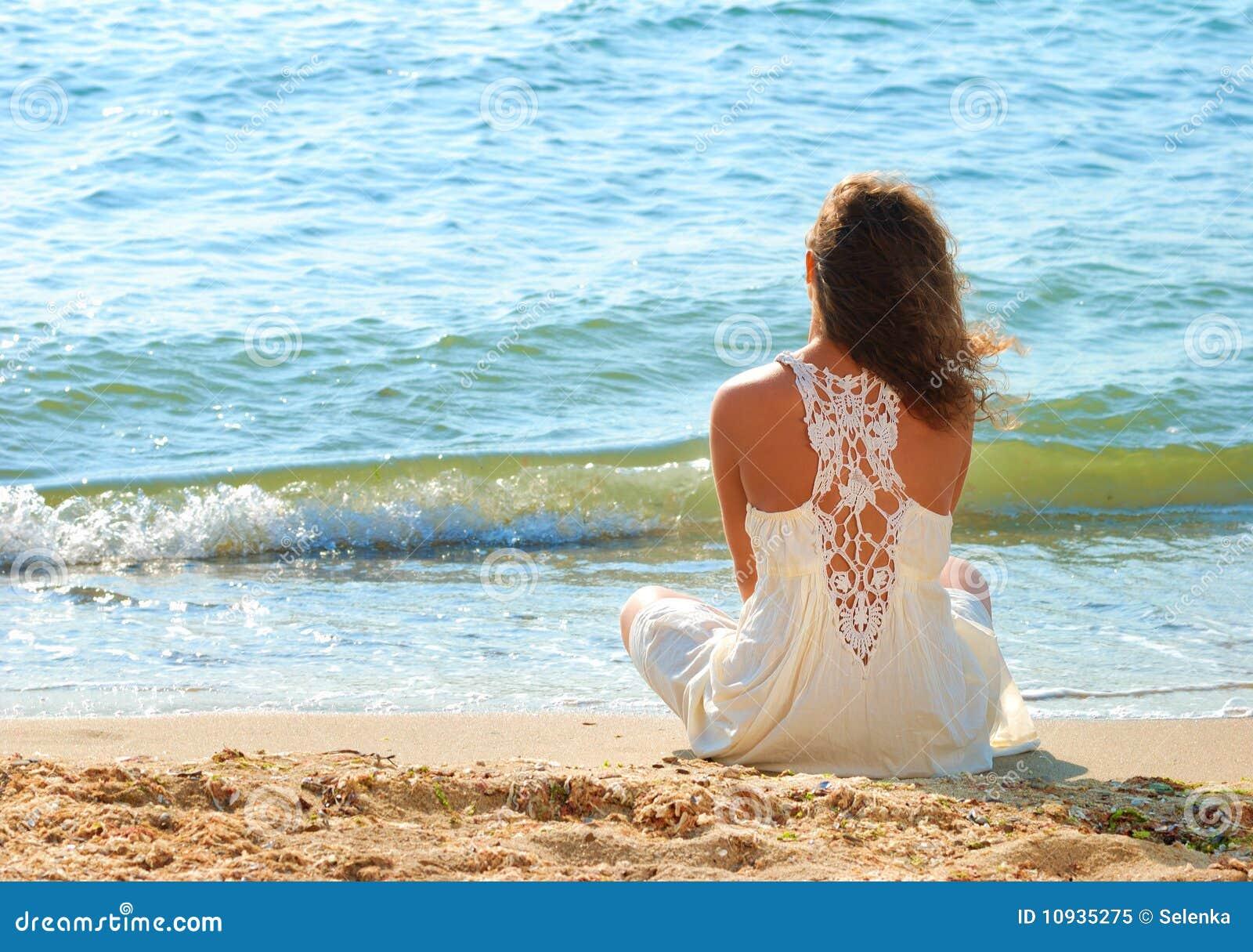 детеныши девушки платья пляжа белые