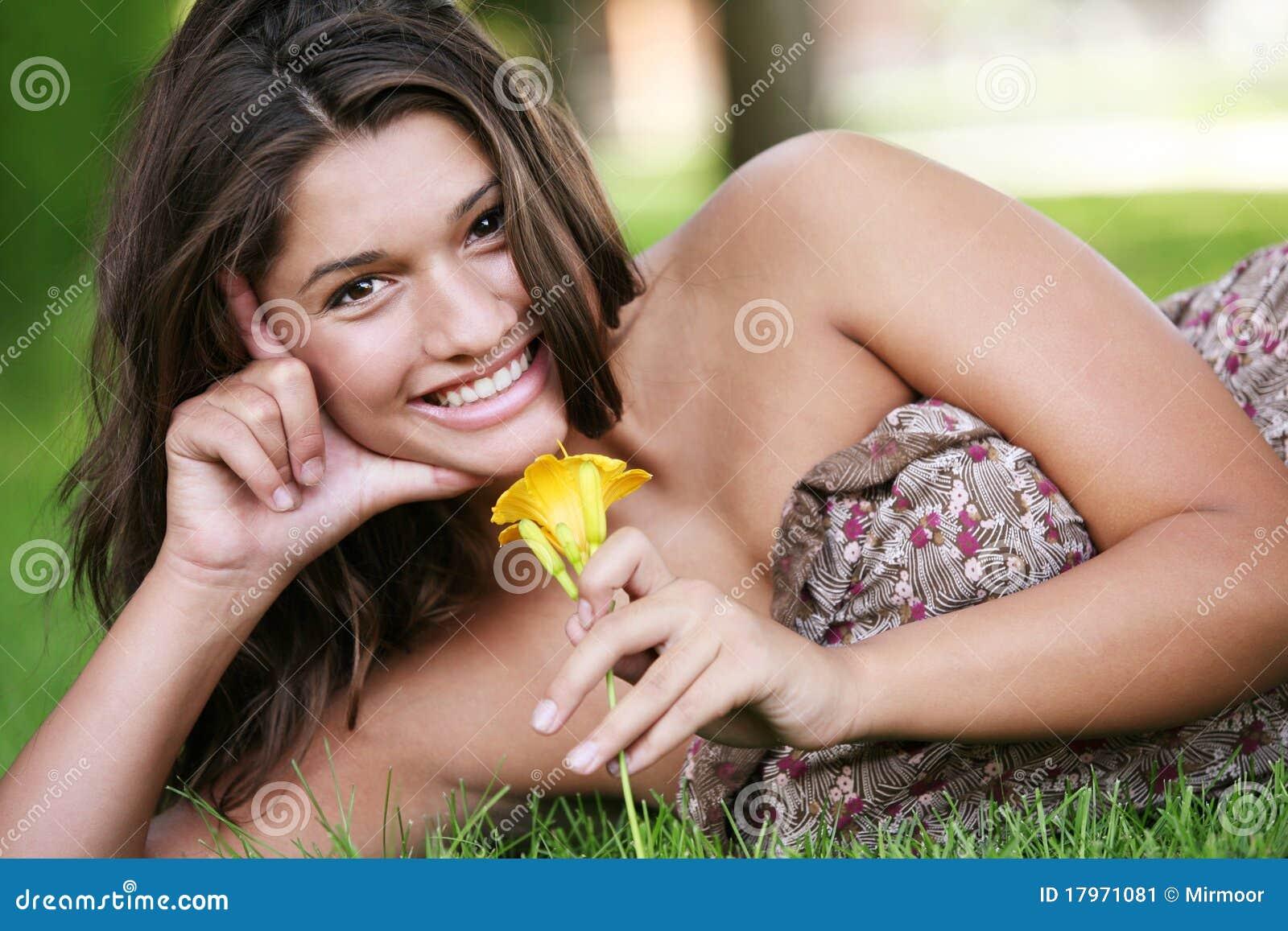 детеныши девушки счастливые напольные представляя