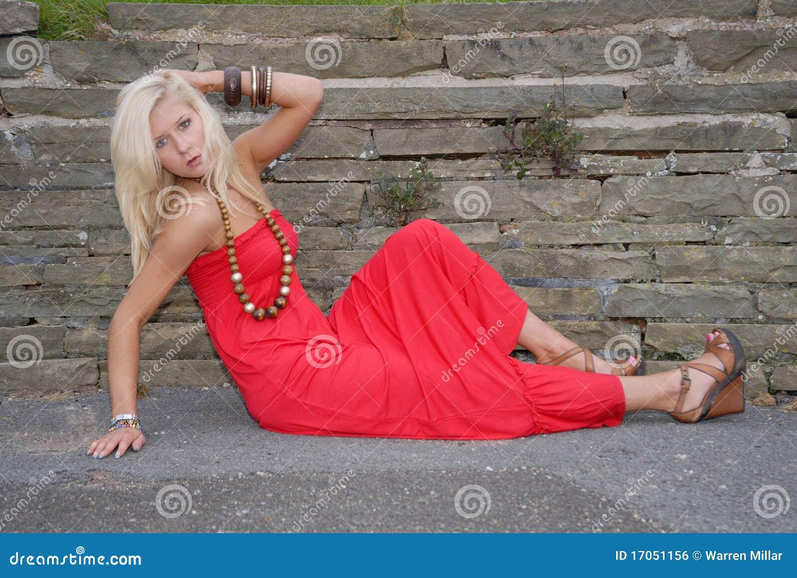 детеныши женщины красивейшего платья красные