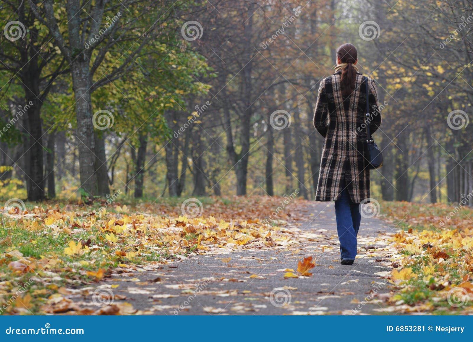 детеныши женщины парка гуляя