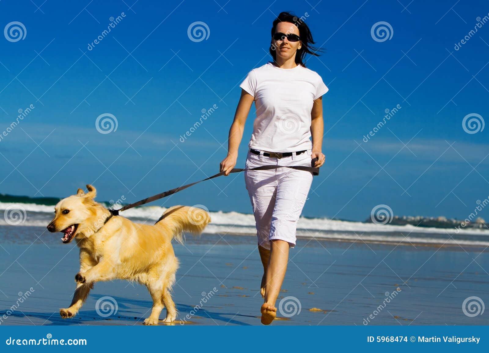 детеныши женщины пляжа идущие