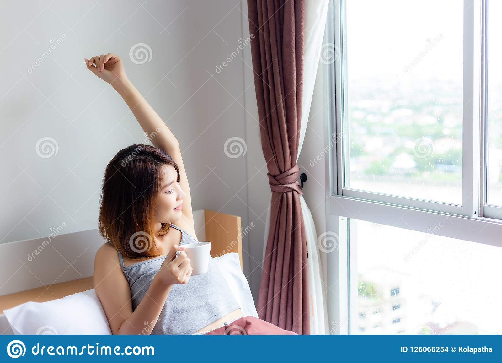 детеныши женщины портрета милые Привлекательная красивая девушка просыпает