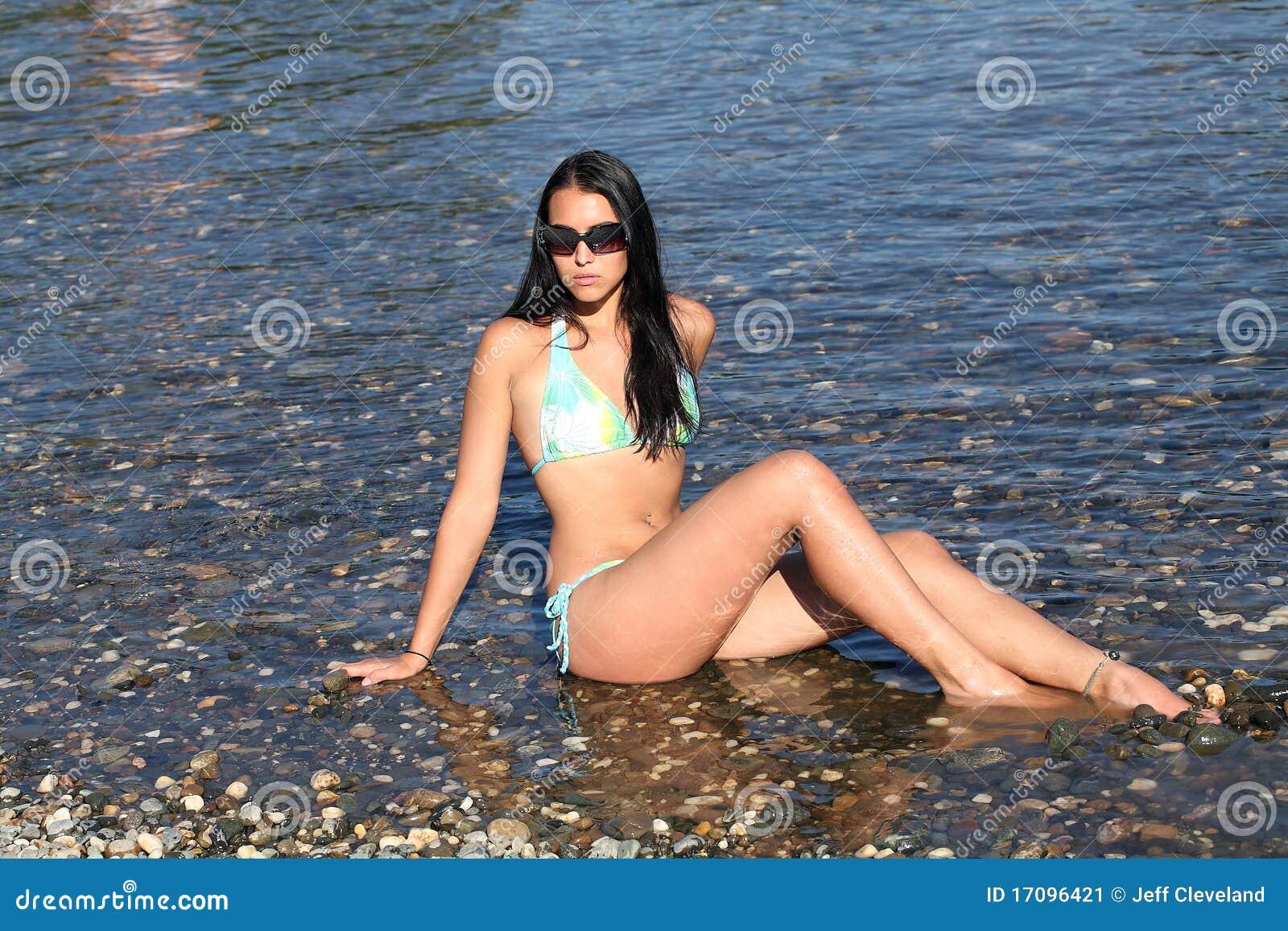 детеныши женщины солнечных очков кавказского реки сидя