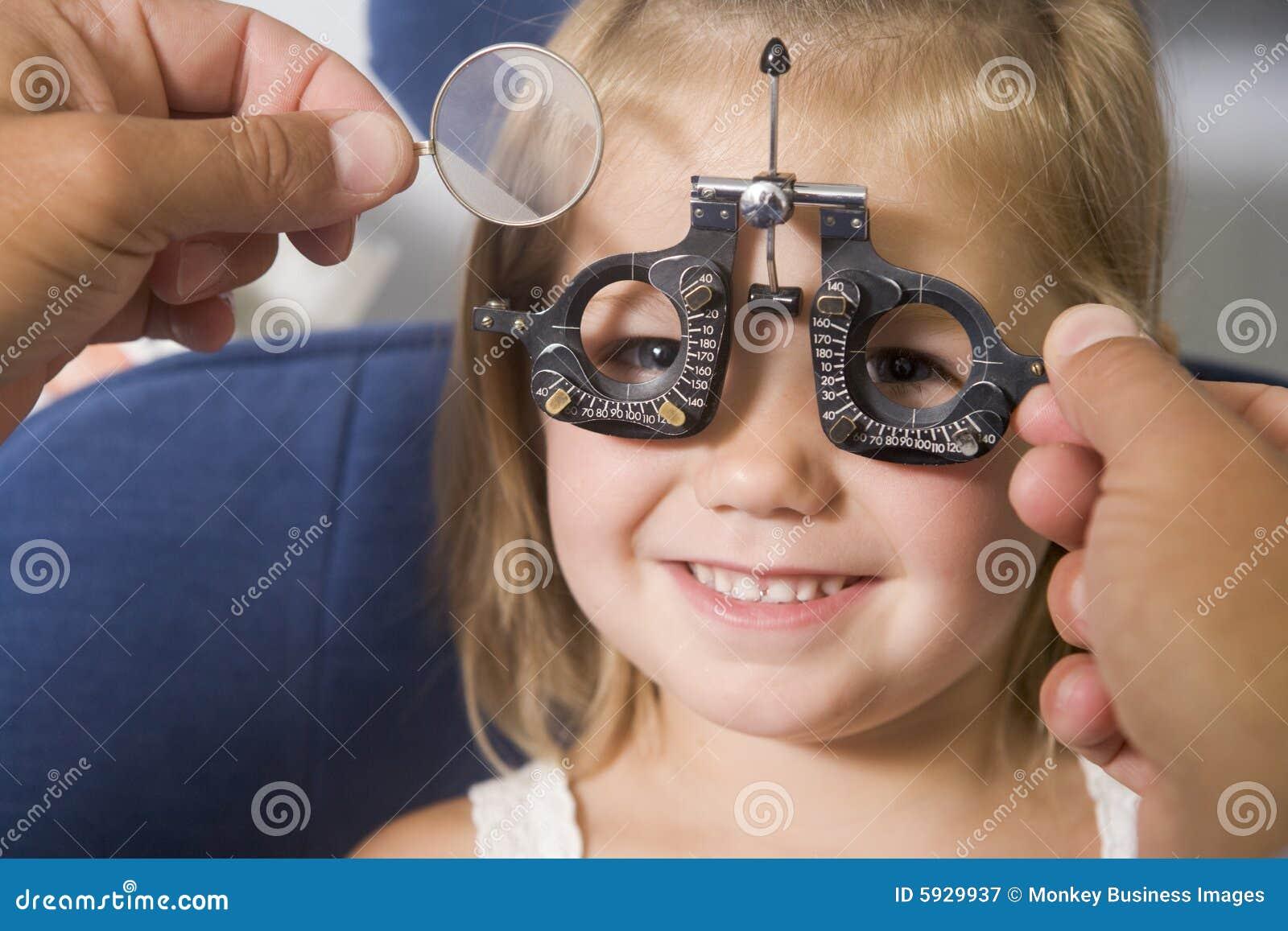 детеныши комнаты optometrist девушки экзамена