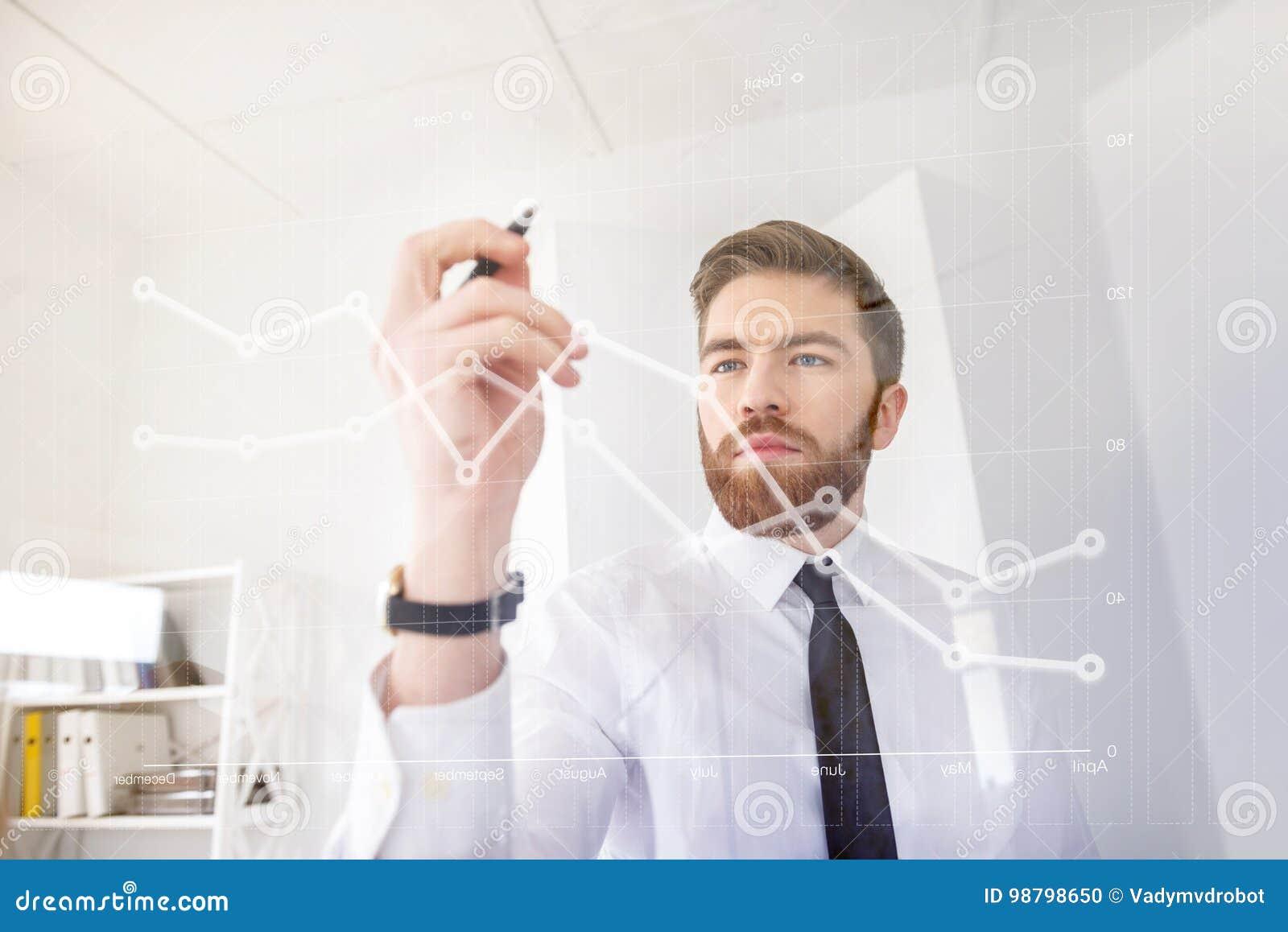 Детеныши сконцентрировали диаграмму чертежа бизнесмена на виртуальном экране