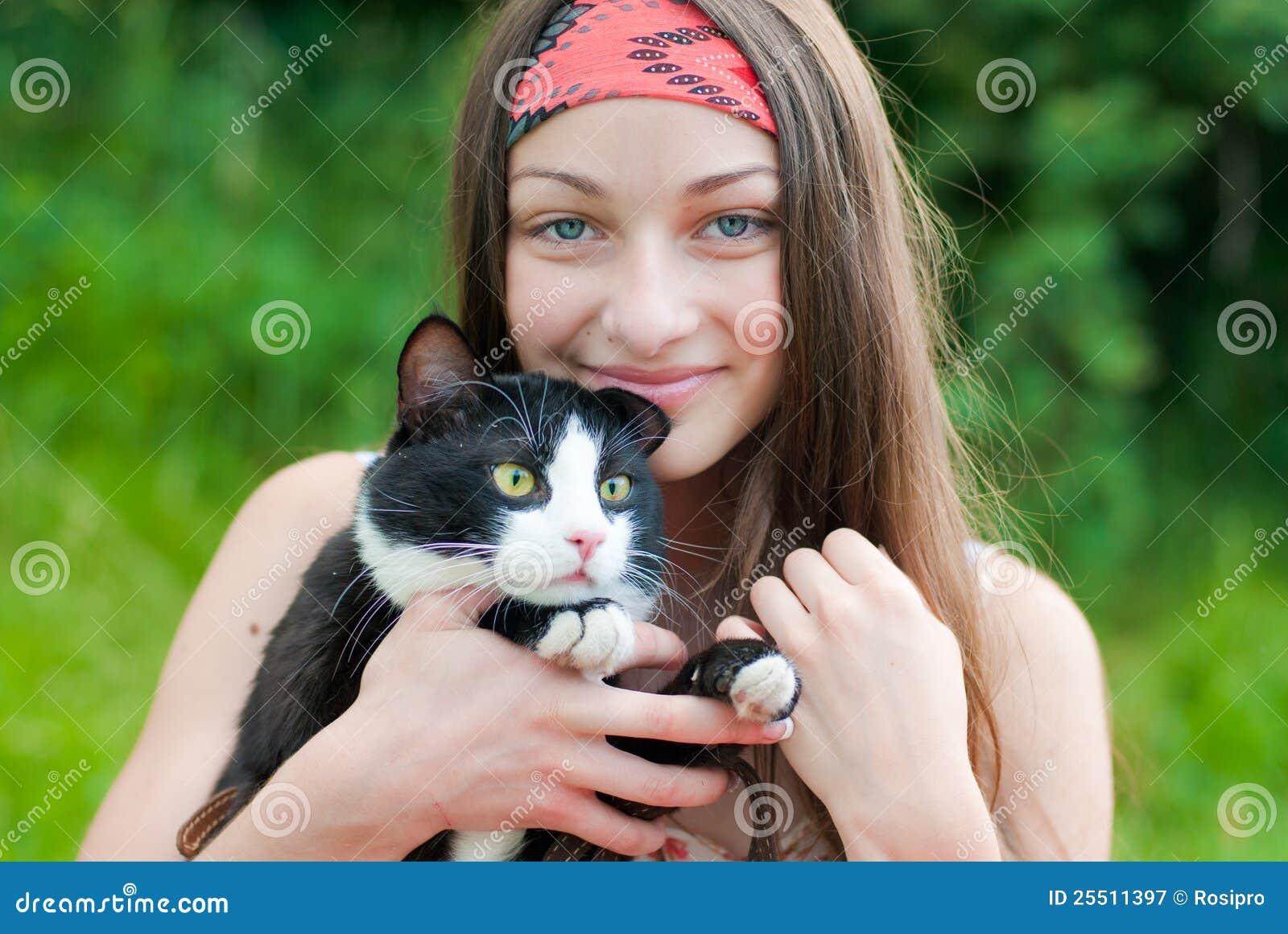 детеныши счастливого удерживания девушки кота подростковые