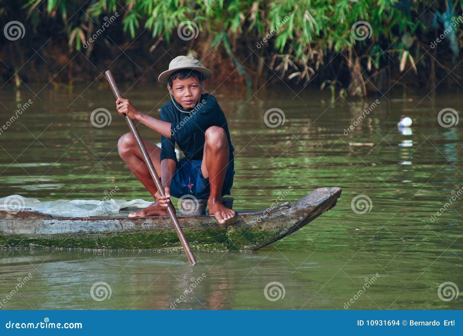 детеныши khmer рыболовства мальчика