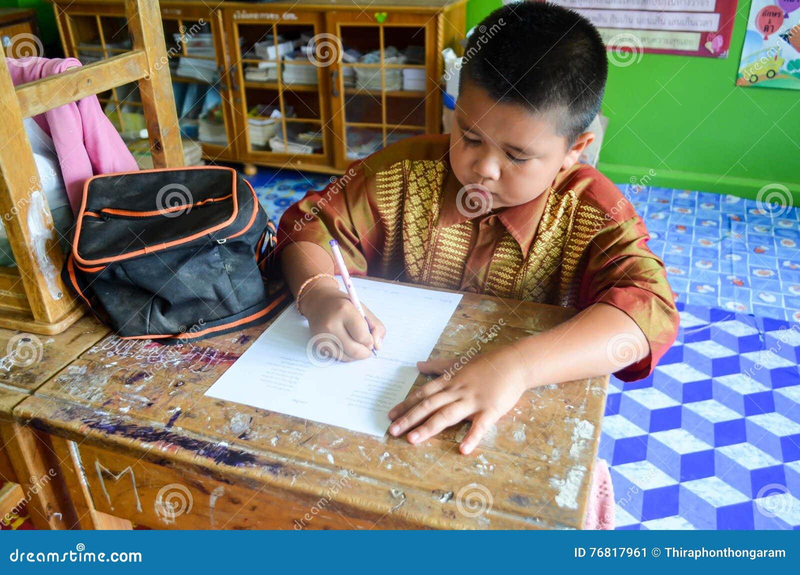 Дети в академичном дне деятельности на начальной школе