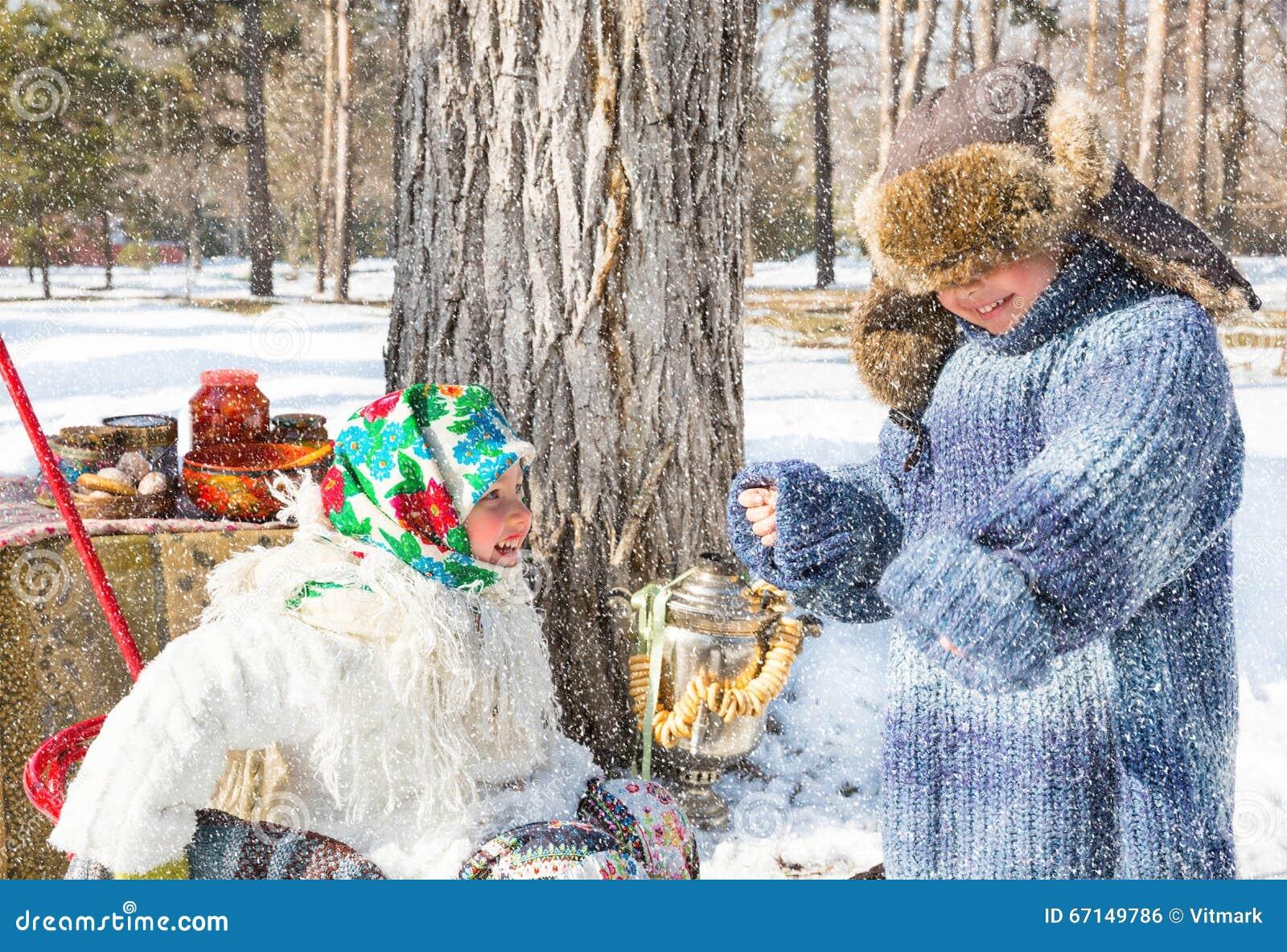 Дети в русском шарфе pavloposadskie на голове с флористической печатью на снеге
