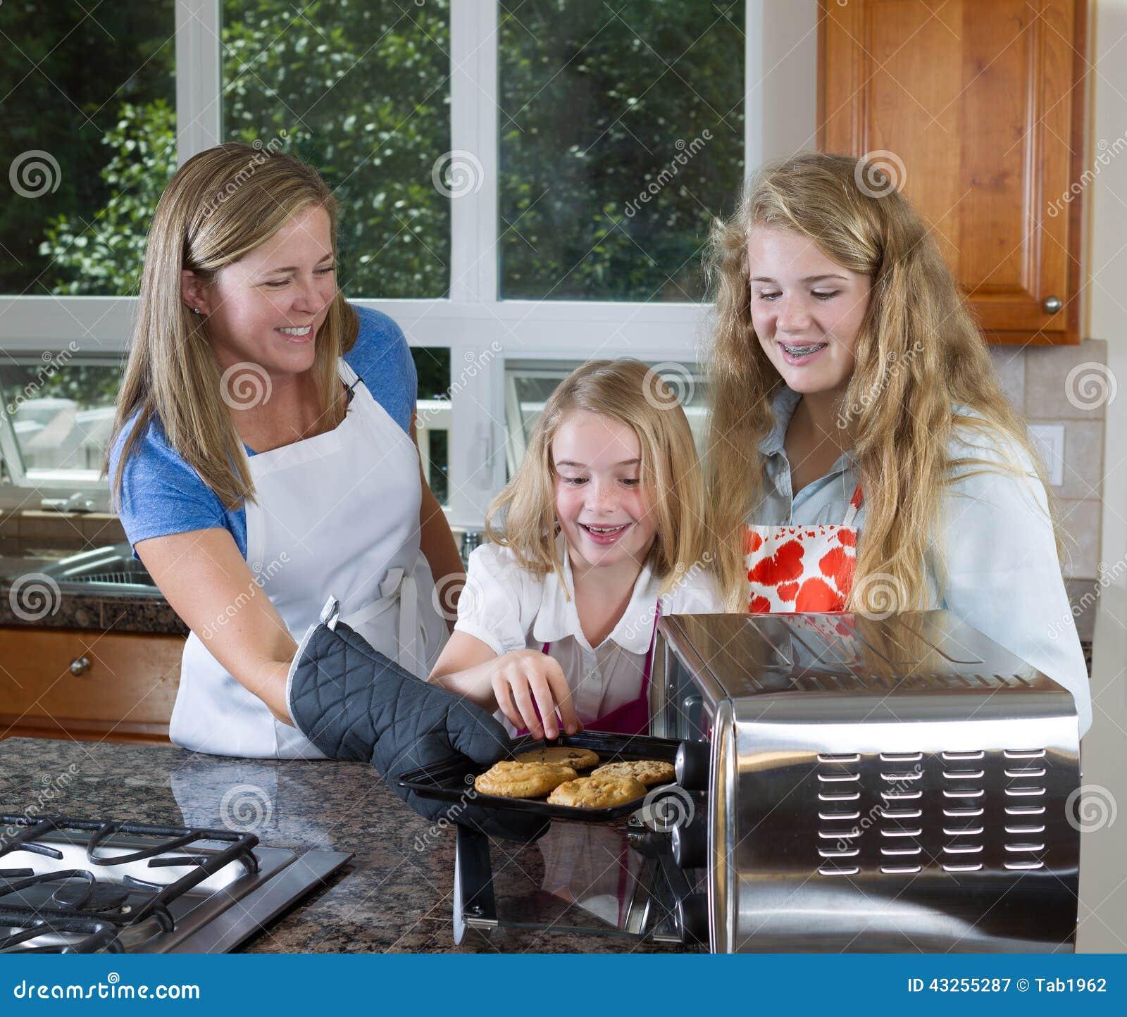 Дети готовые для еды печений свежих из печи