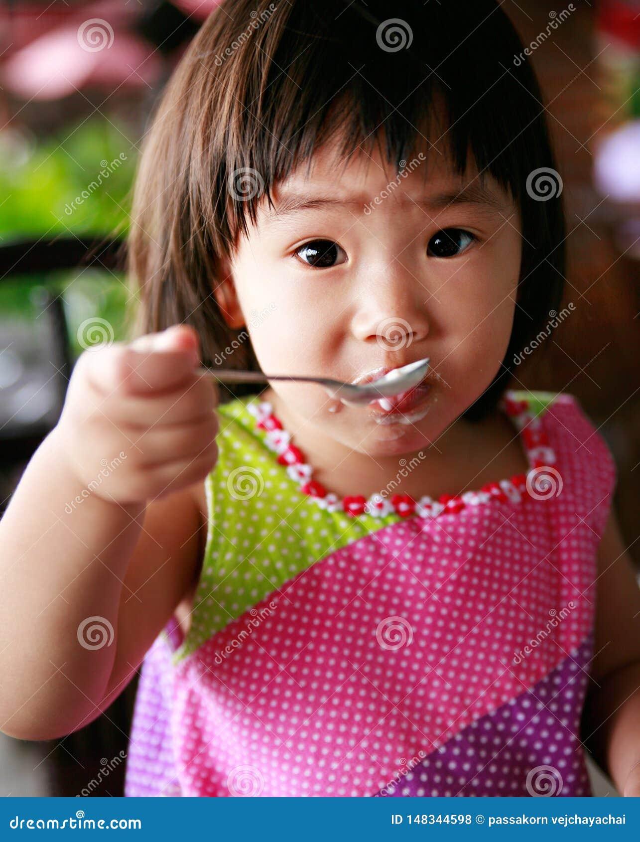 Дети едят завтрак
