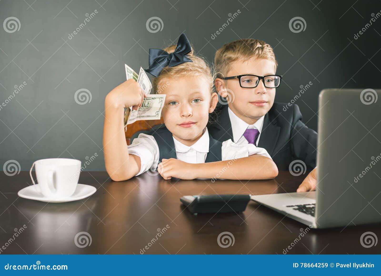 Дети дела, дети используя компьтер-книжку Игры интернета