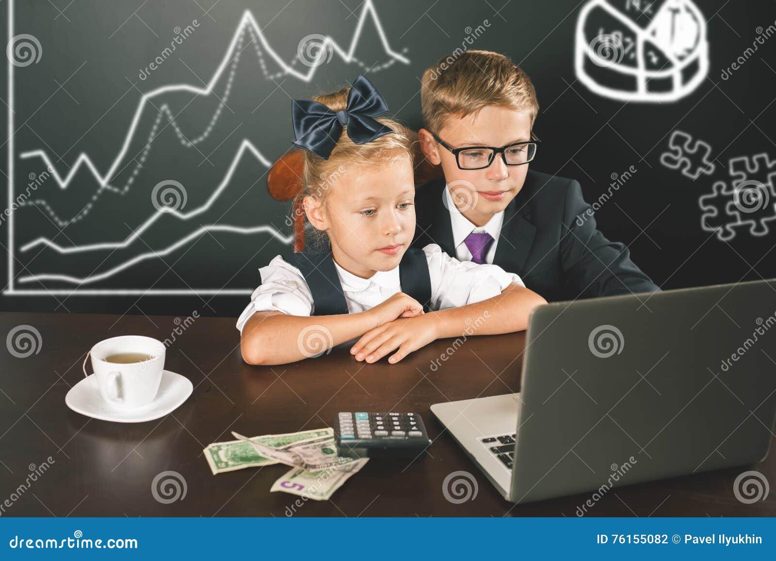 Дети дела используют портативный компьютер Диаграмма дела, диаграмма