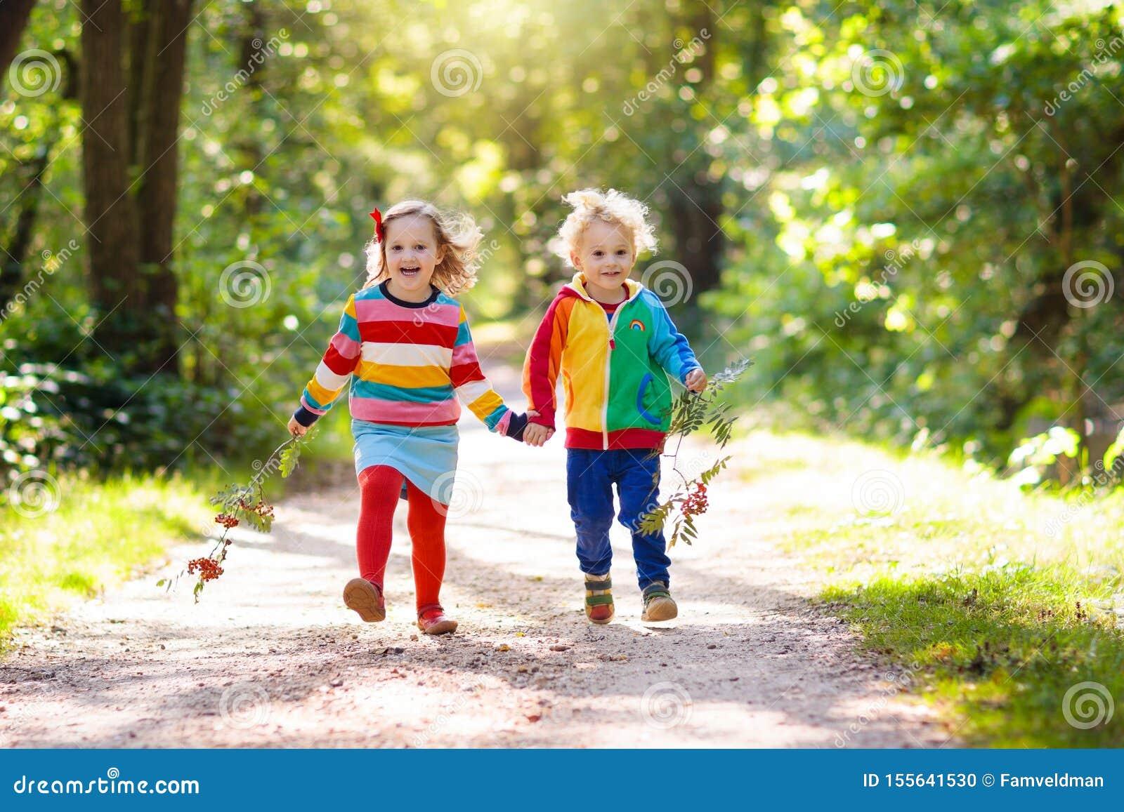 Дети играют в парке осени