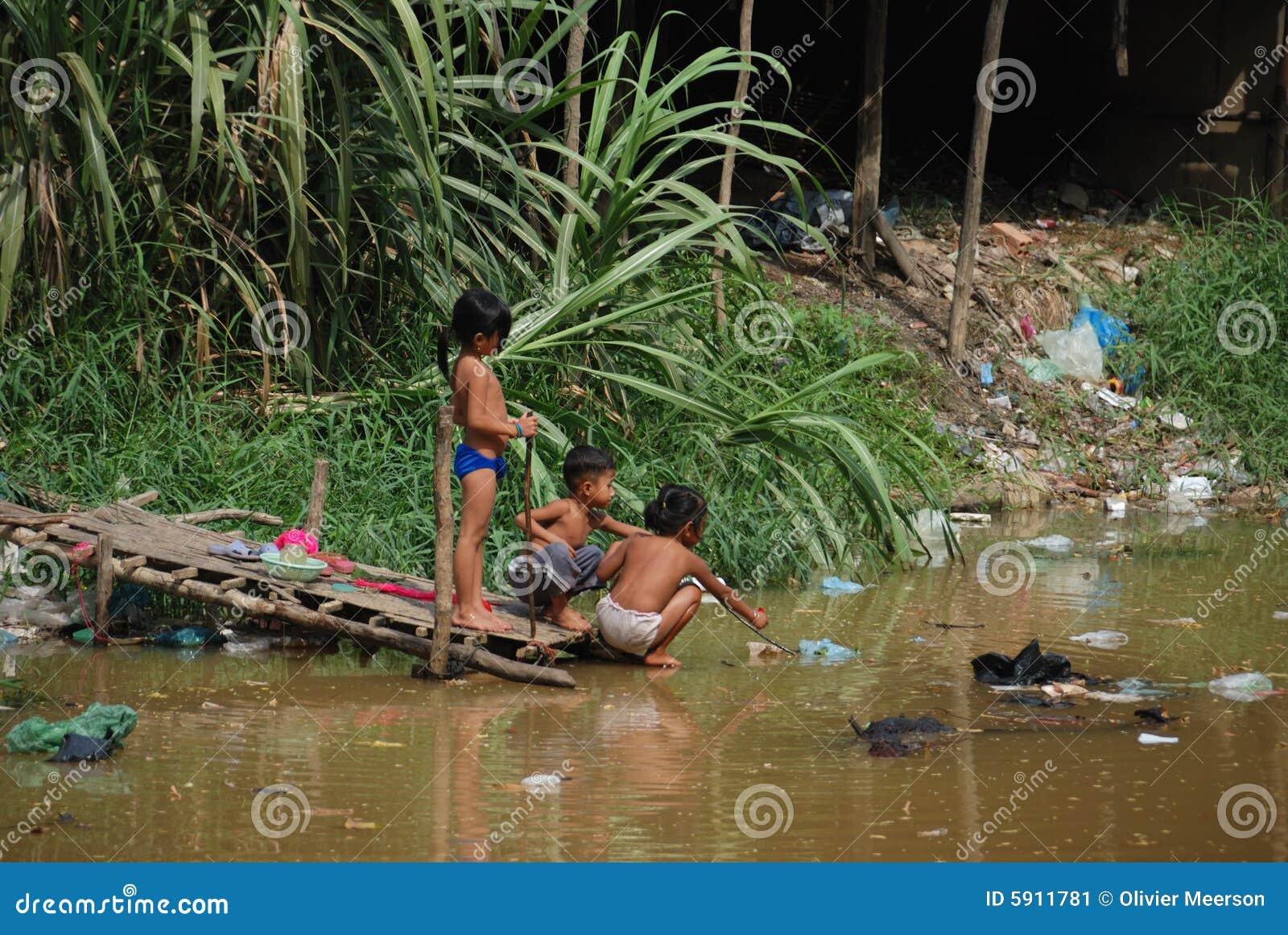 Download дети играя загрязнение редакционное фото. изображение насчитывающей камбодец - 5911781
