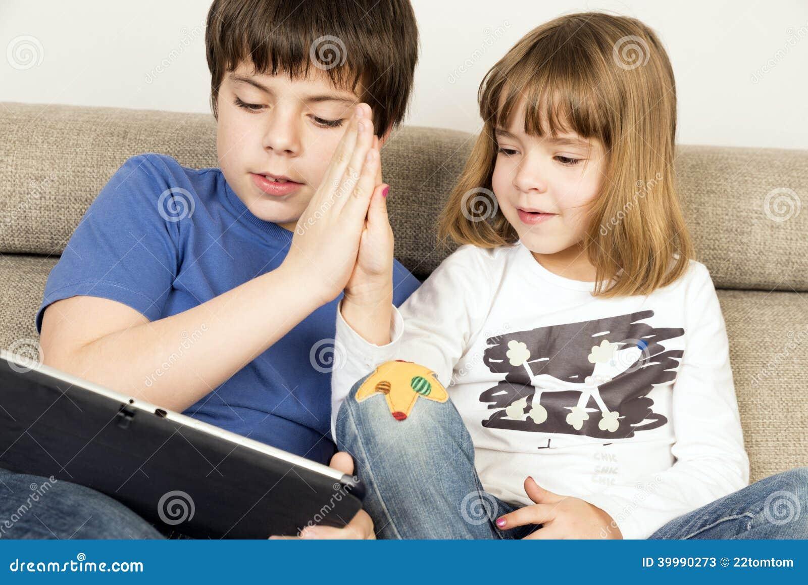 Дети играя с цифровой таблеткой
