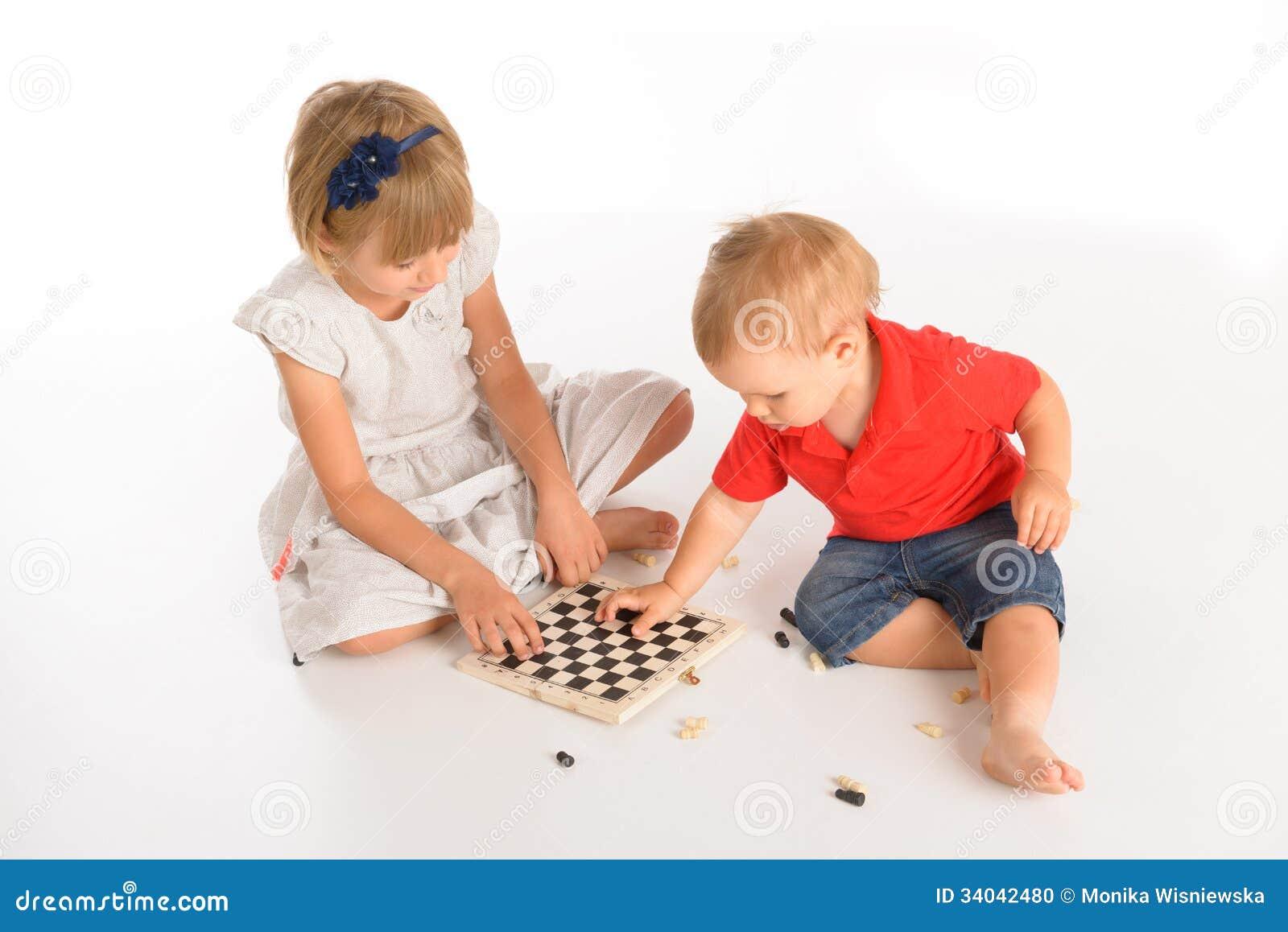Дети играя шахмат