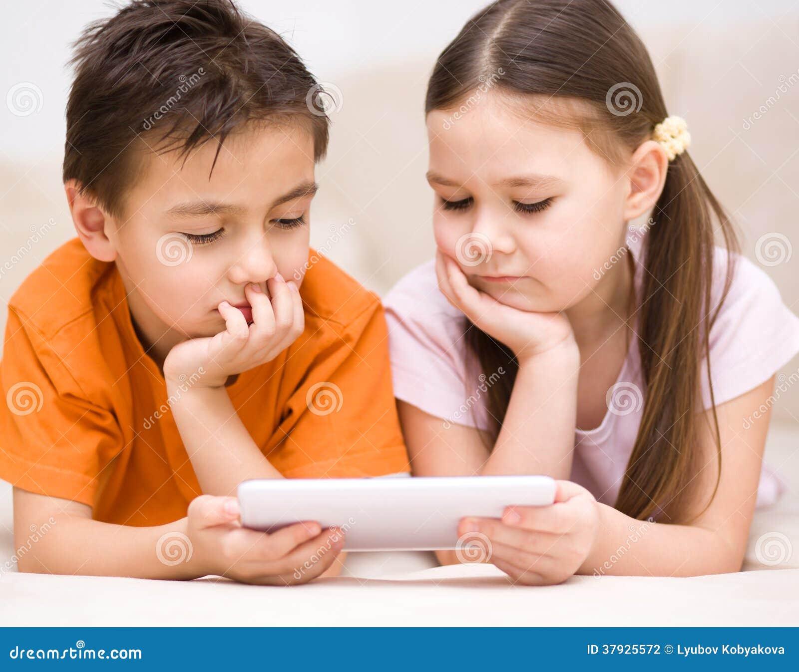 Дети используя планшет