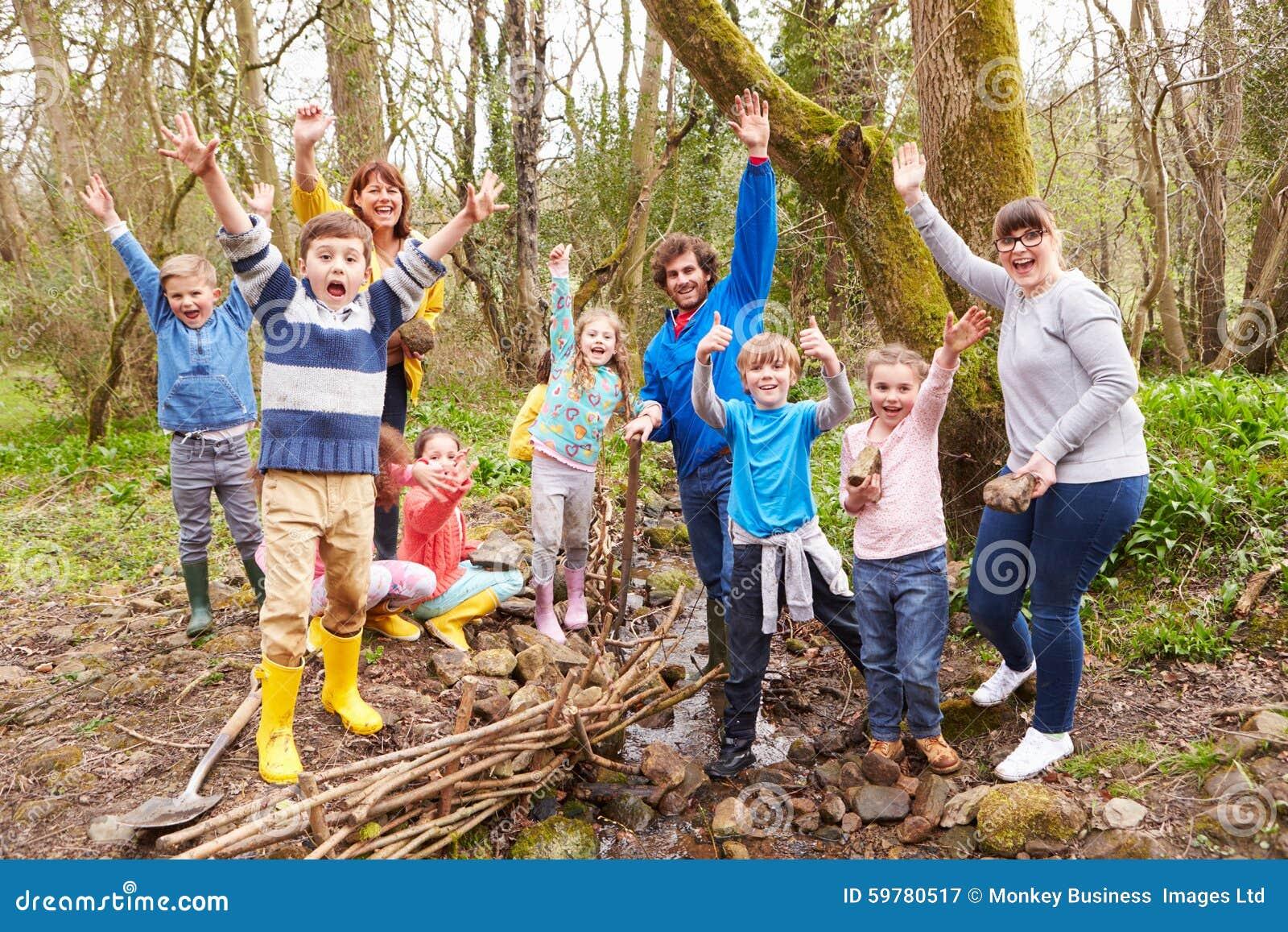 Download Дети и взрослые унося работу консервации на потоке Стоковое Изображение - изображение насчитывающей помогать, веселить: 59780517