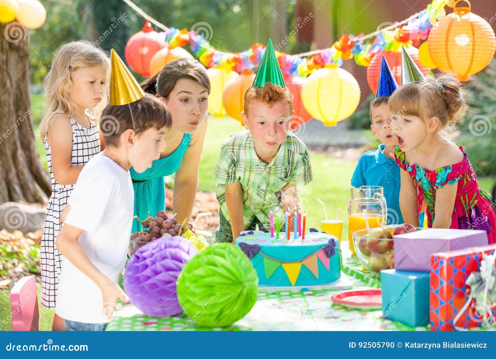 Дети и торт
