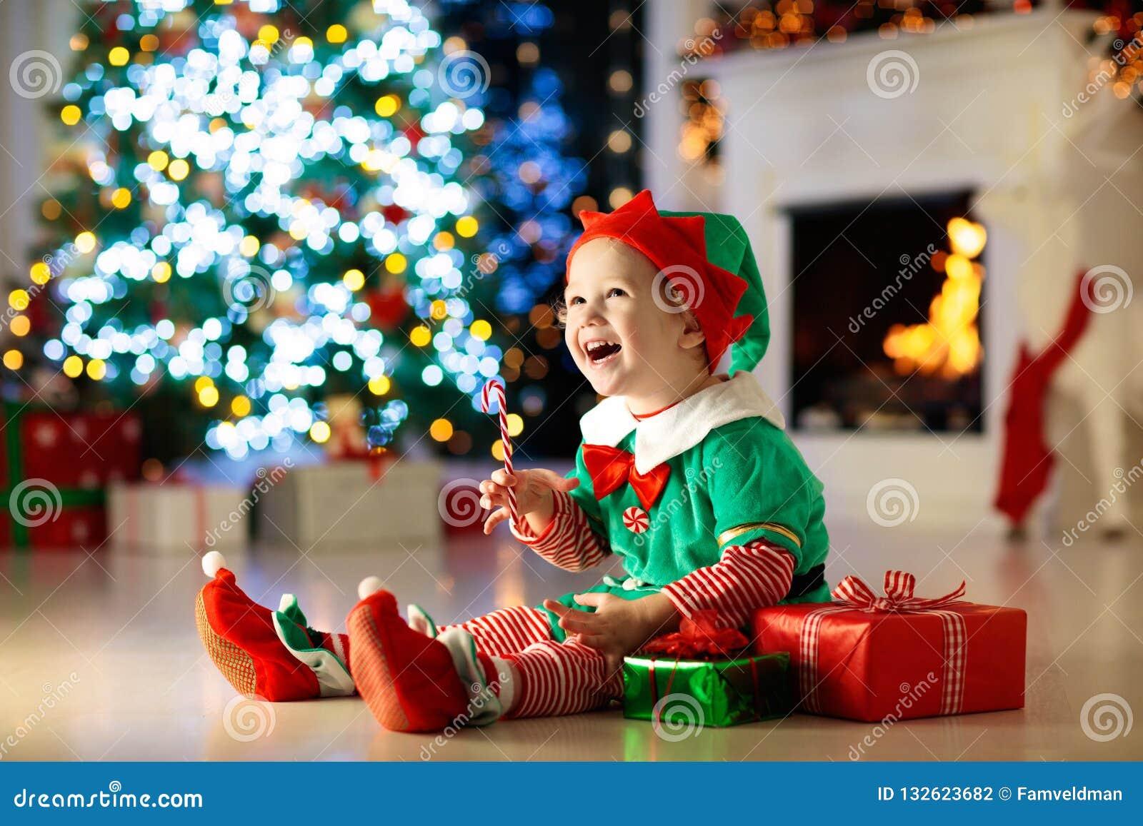 Дети на рождественской елке Дети раскрывают настоящие моменты