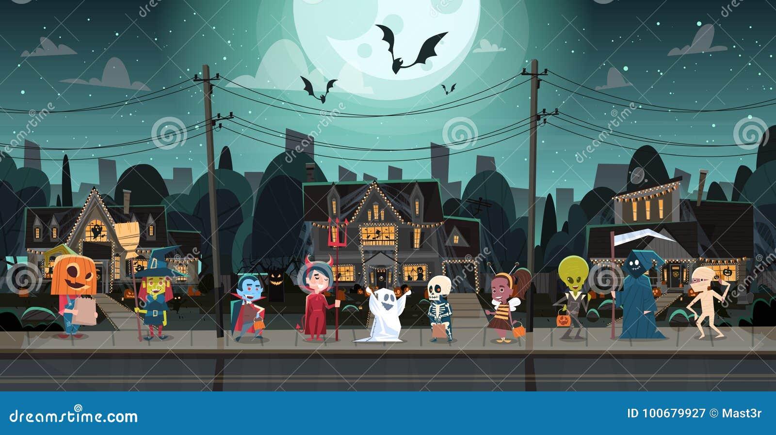 Дети нося костюмы извергов идя в фокусы городка или концепцию праздника знамени хеллоуина обслуживания счастливую