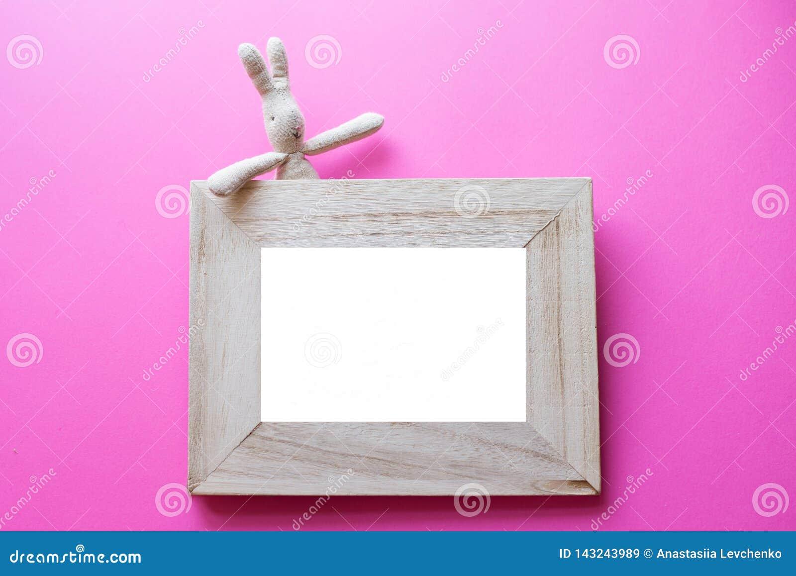 Дети обрамляют для фото с детьми забавляются на розовой предпосылке рамка дня рождения