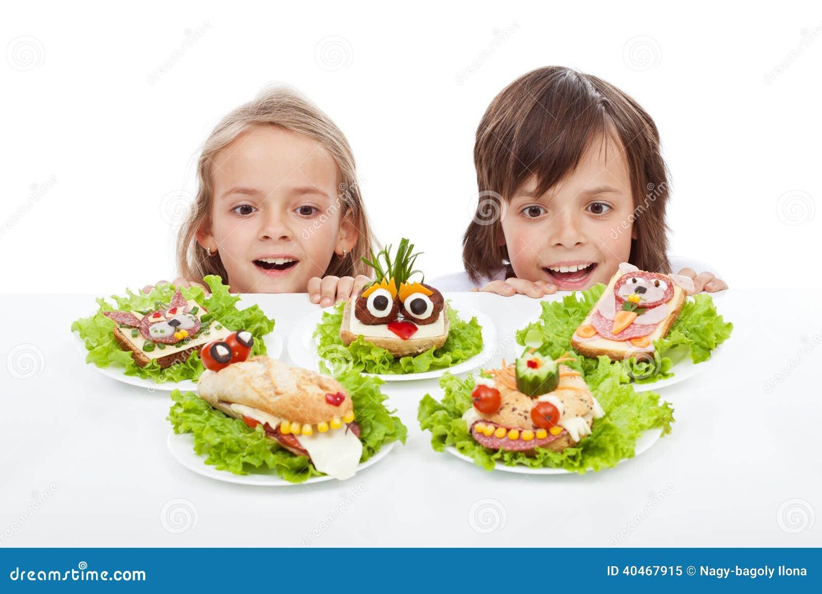 Дети открывая здоровую альтернативу сандвича