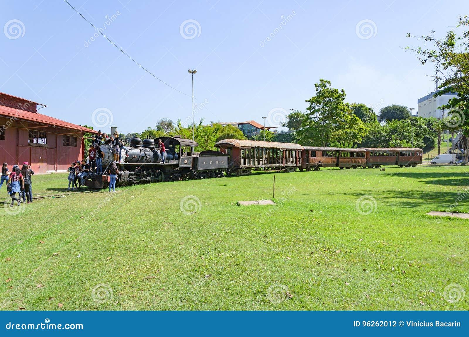 Дети посещая под открытым небом музей Estrada de Ferro Мадейру-M