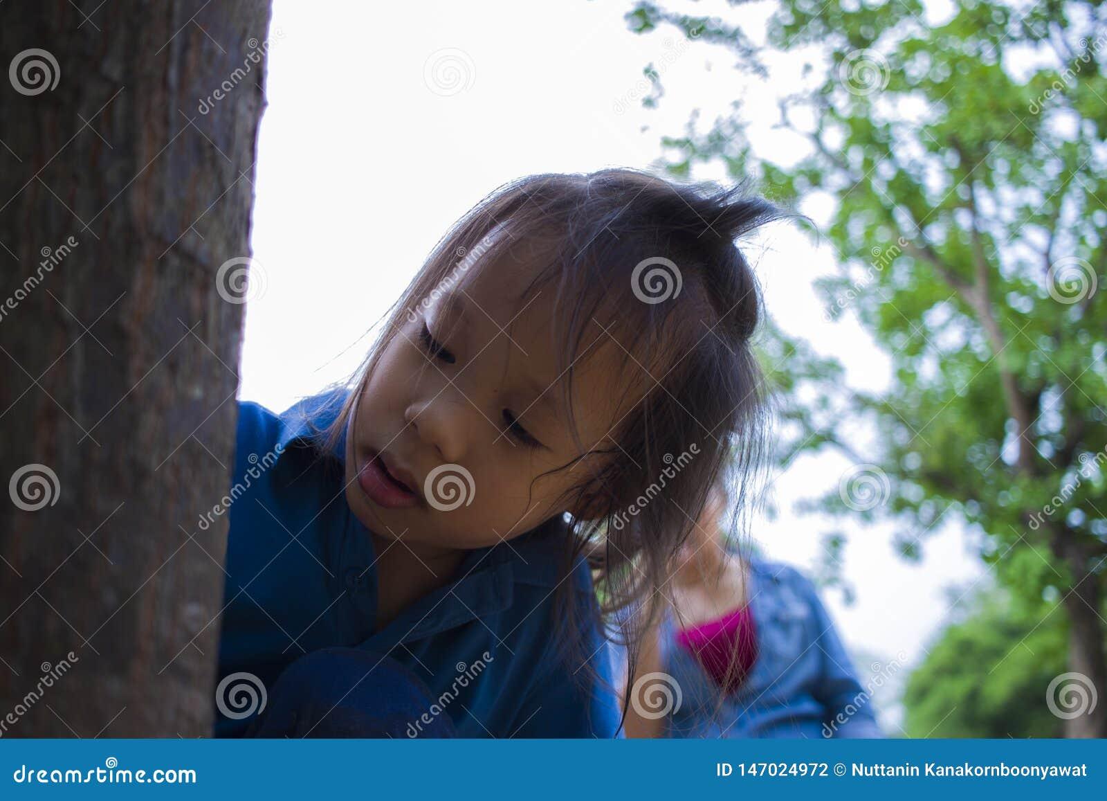 Дети пробуя кормить часть еды к муравью, прекрасный ребенк Азии держа еду и попробовать кормить некоторую еду к муравью Любовь ко