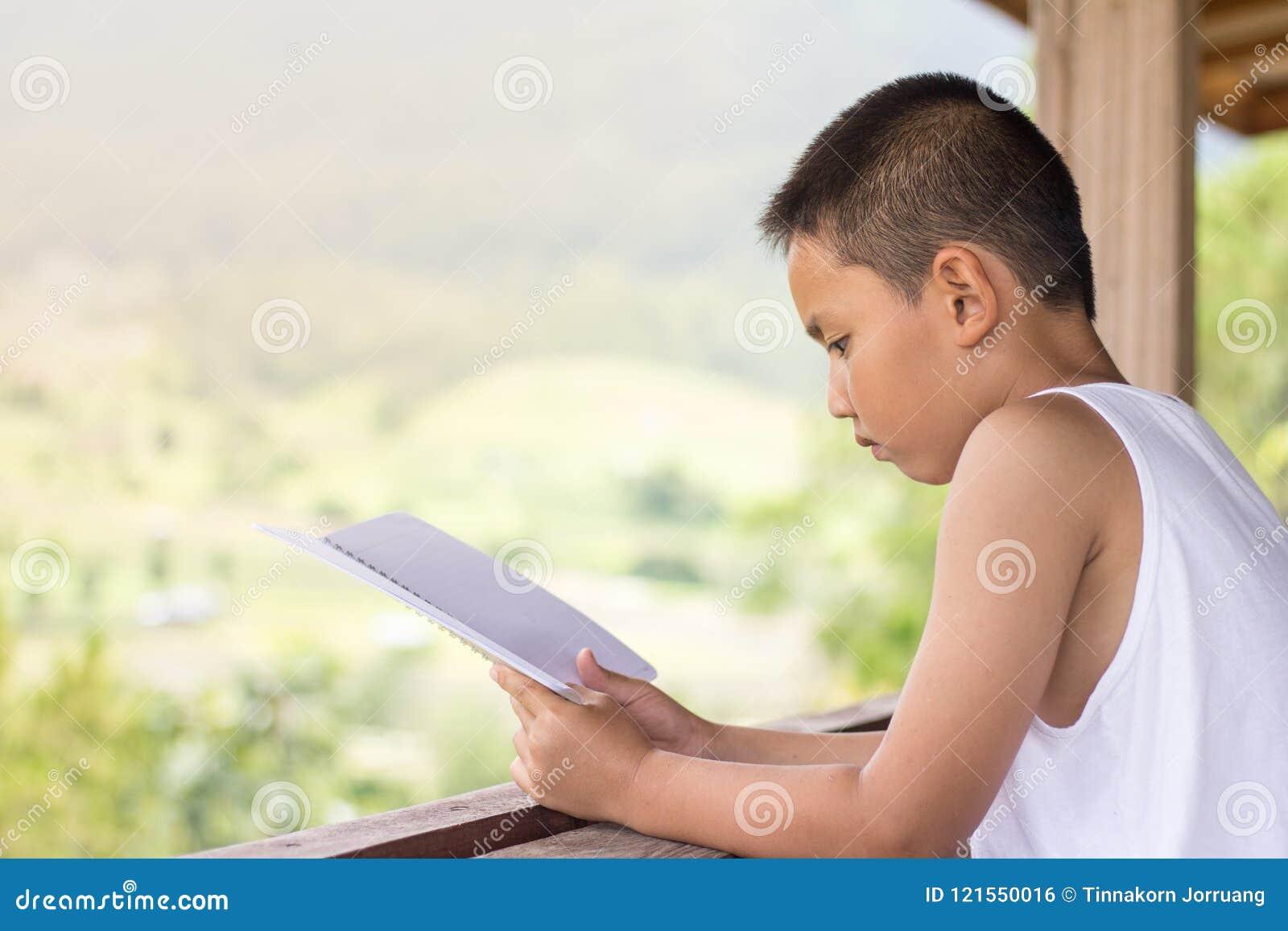 Дети сидят книги чтения для того чтобы найти знание дома