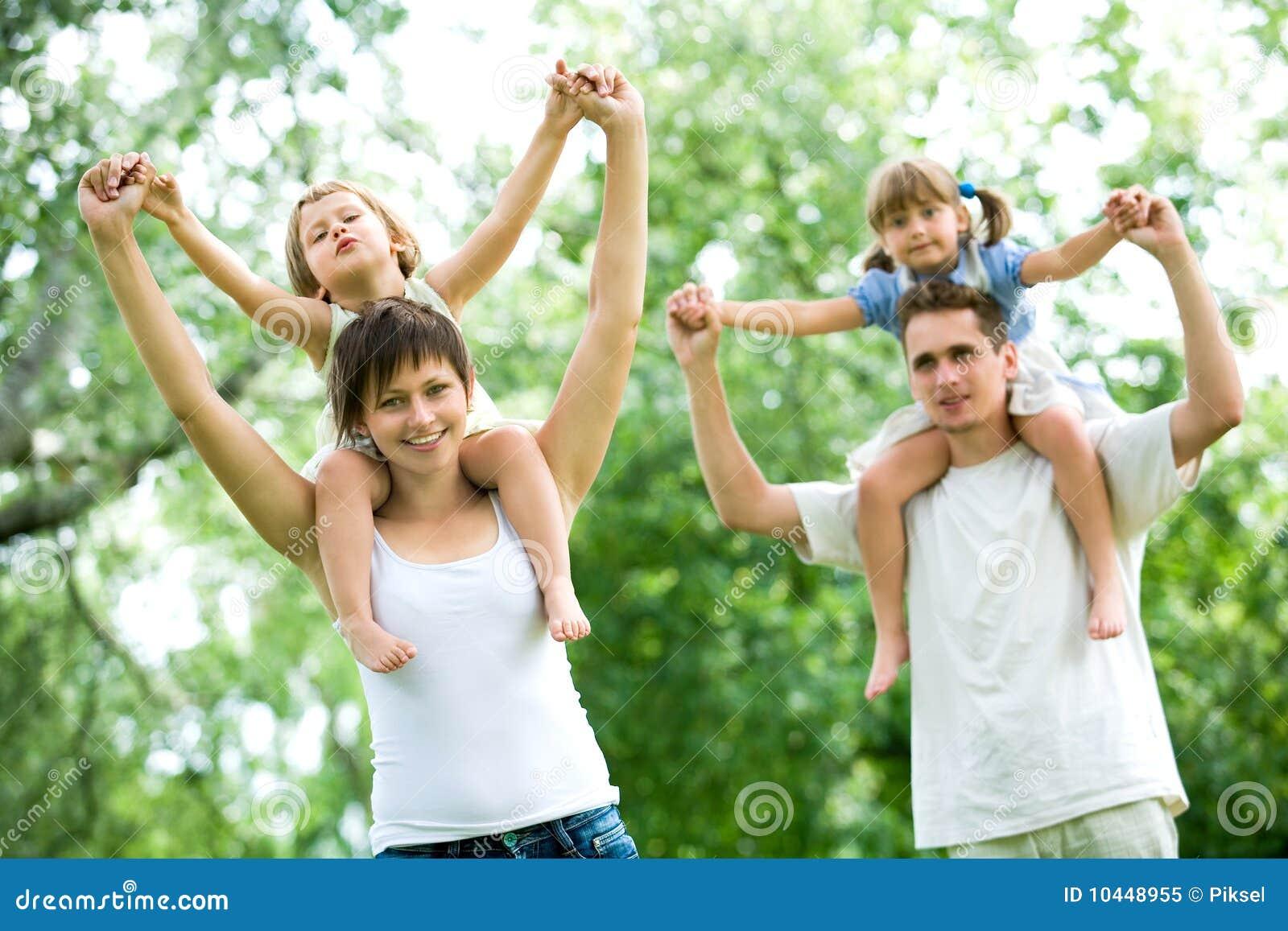 дети соединяют давать piggyback едут