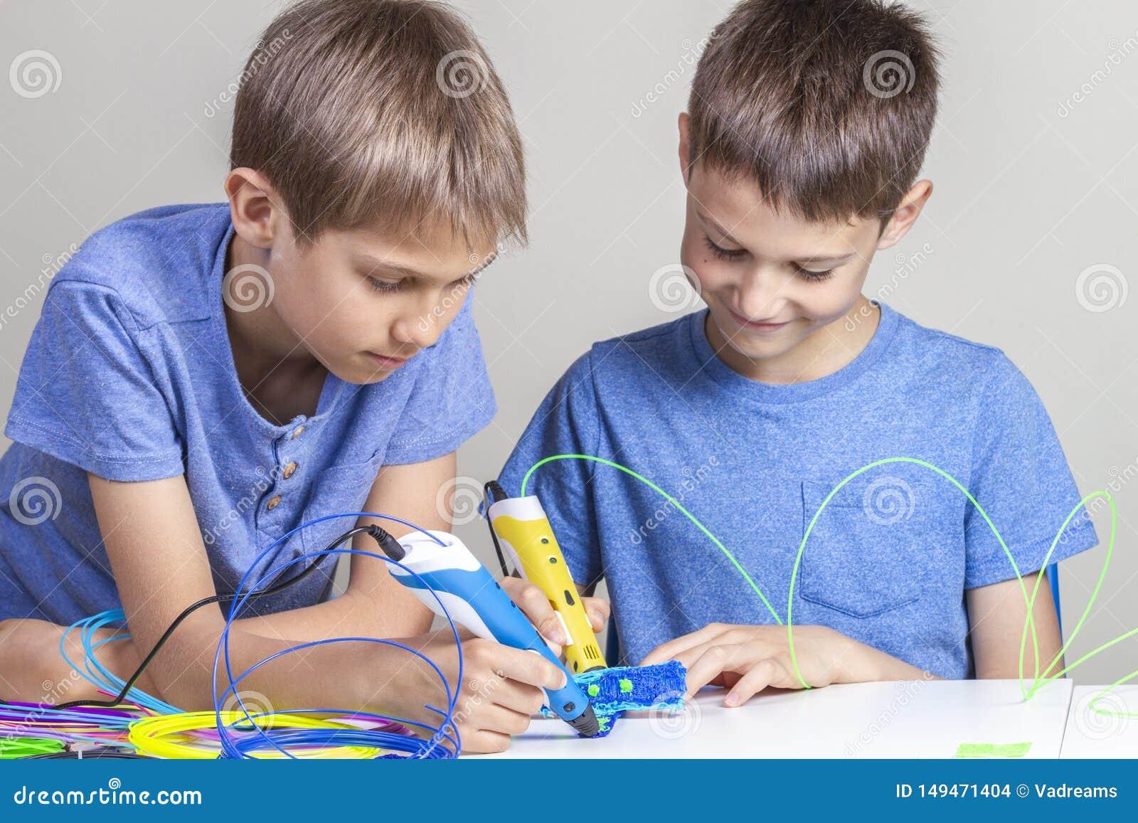 Дети создаваясь с ручками печатания 3d