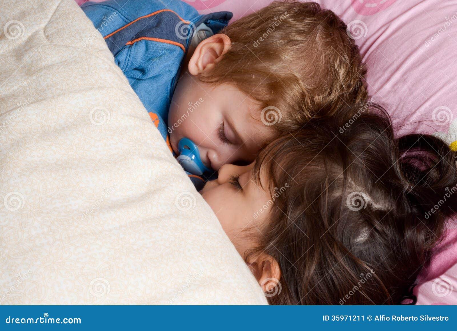 Тетя сосет пока спит, Тетка сосет член у спящего племянника, разбудила для 25 фотография