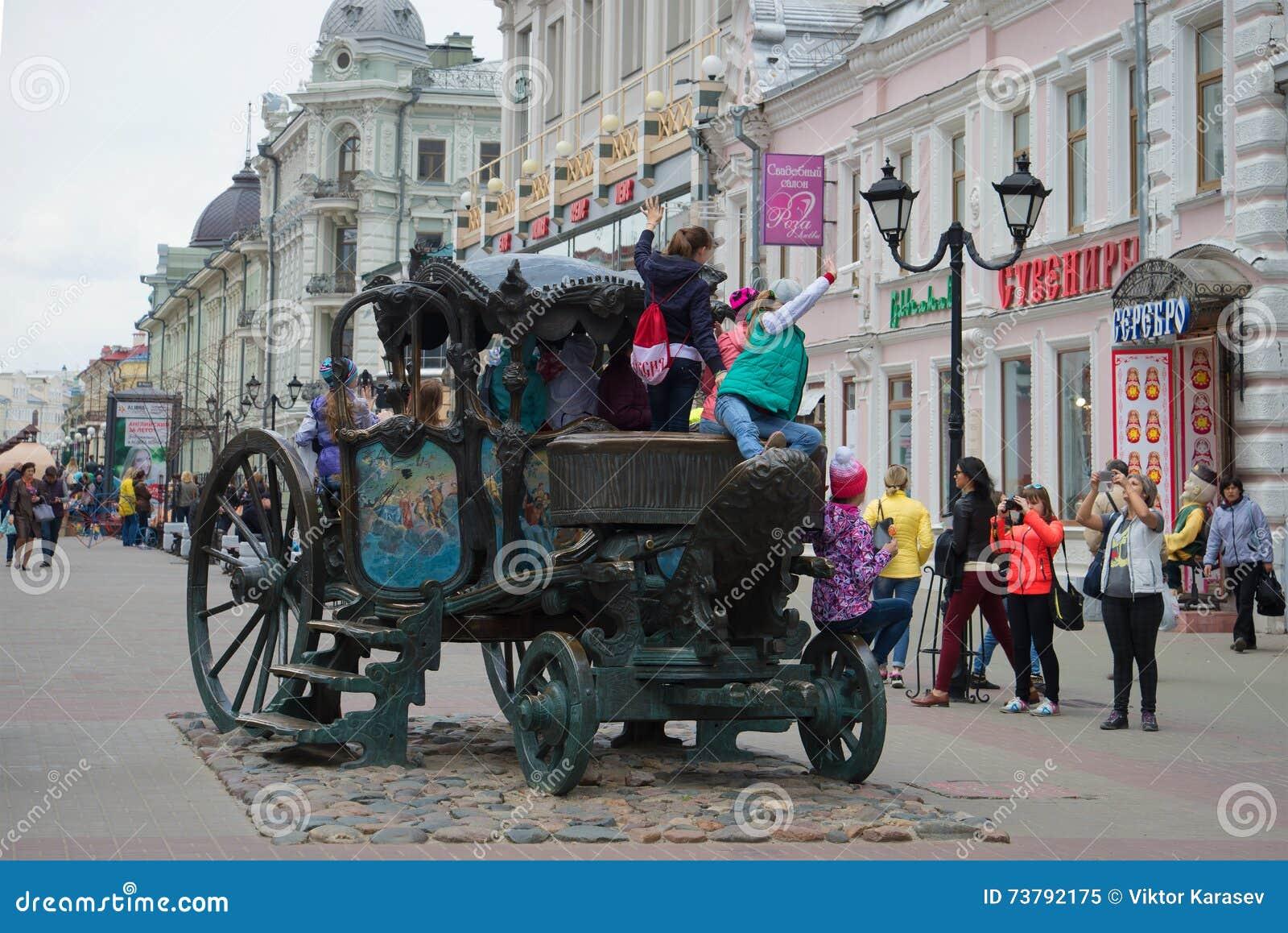 Дети сфотографированы на экземпляре экипажа императрицы Катрина II на улице Bauman kazan