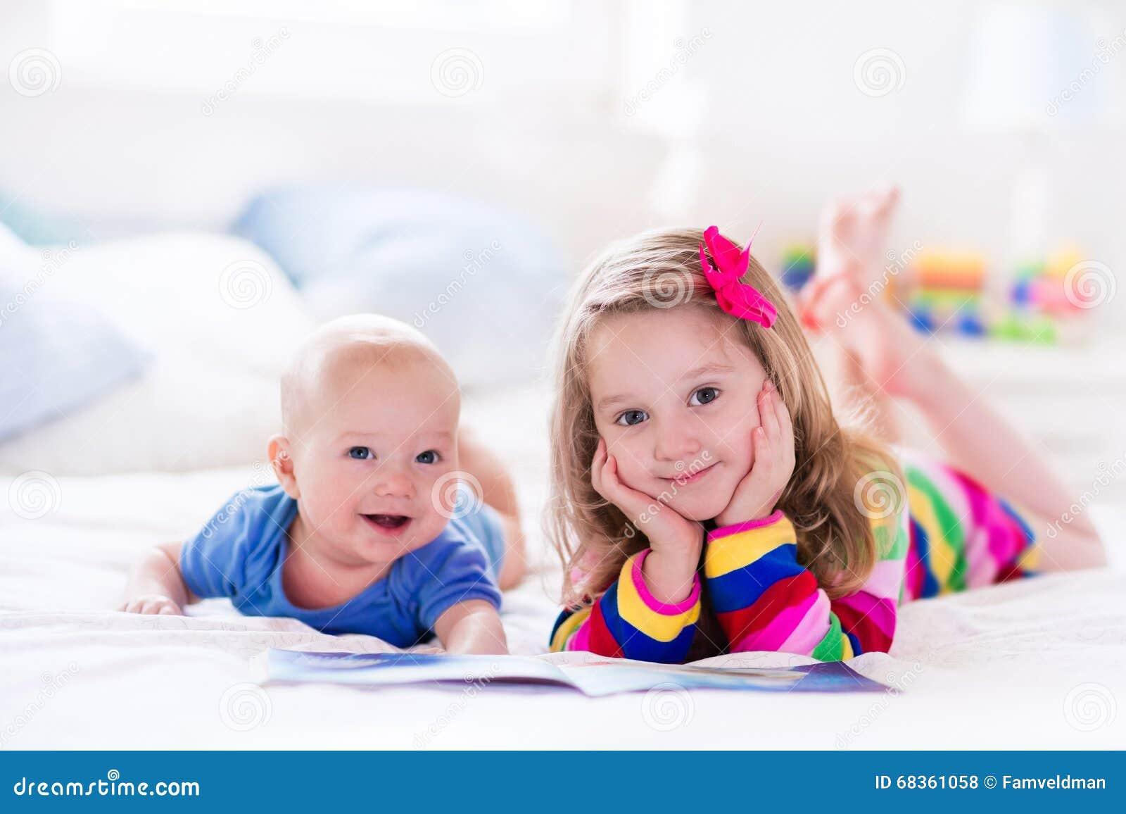 Дети читая в белой спальне