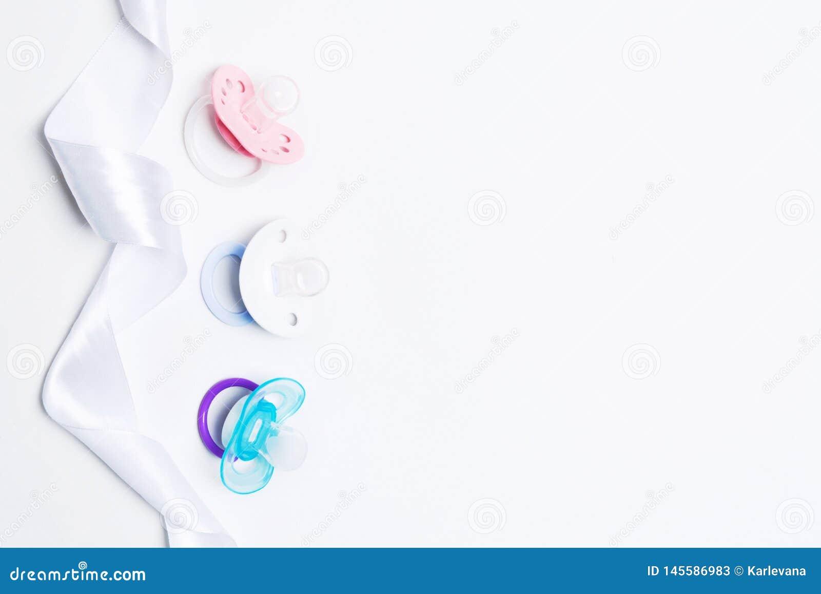 Детский душ с красочным pacifier силикона младенца 3 с держателем с лентой на белой предпосылке r r r