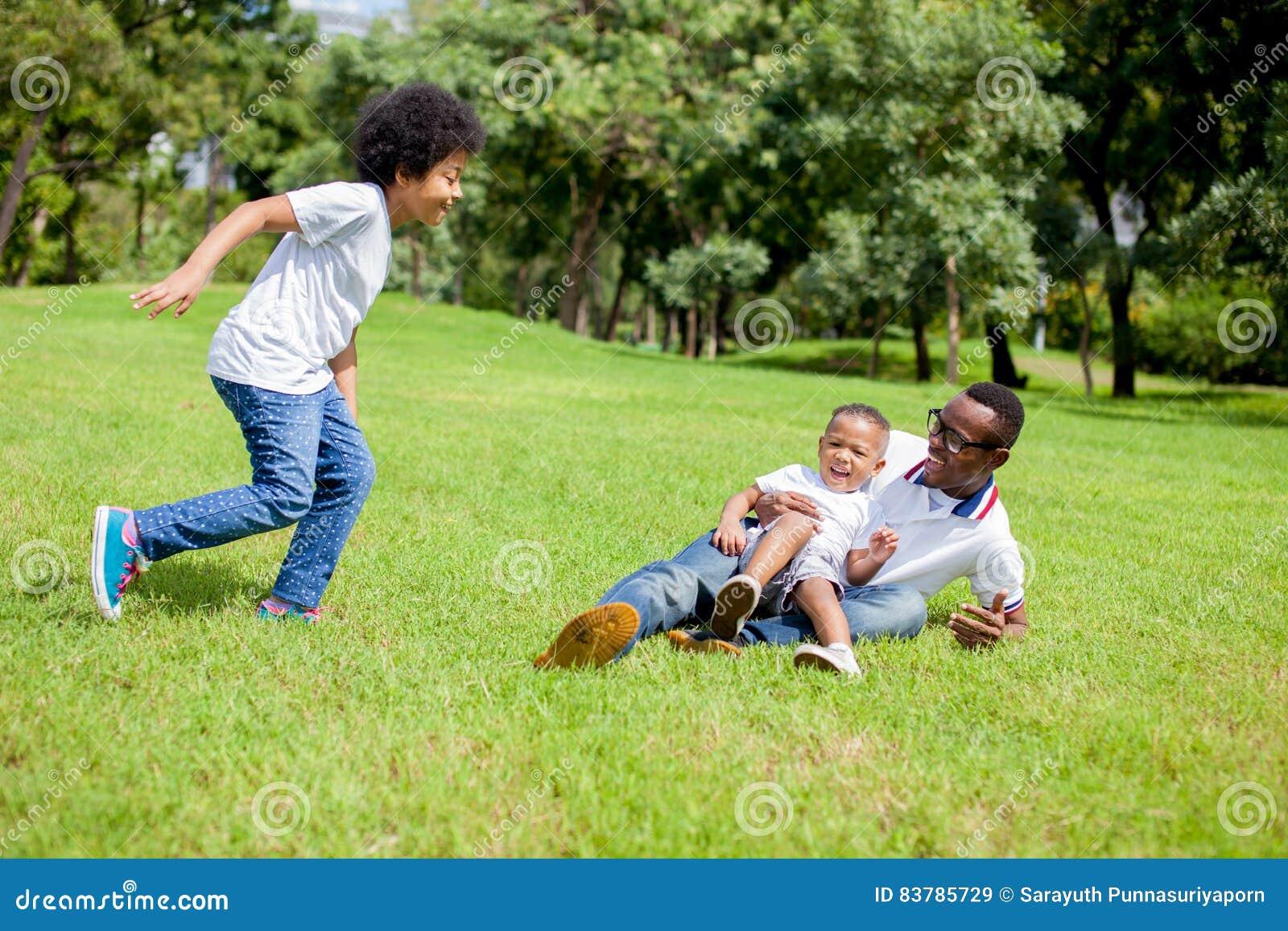 2 дет гоня и играя совместно пока папа уловил мальчика внутри