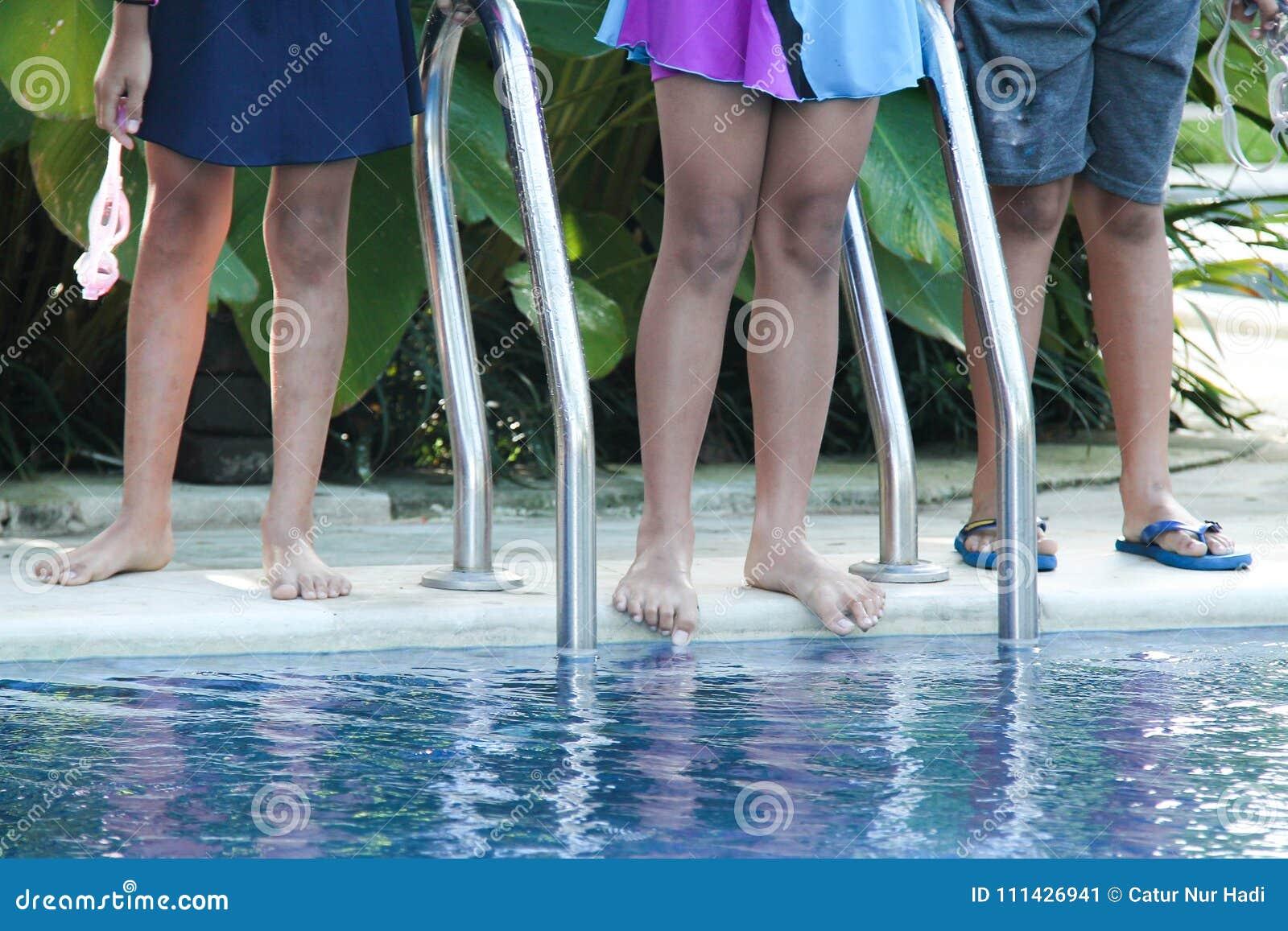 3 дет поплавают в бассейне