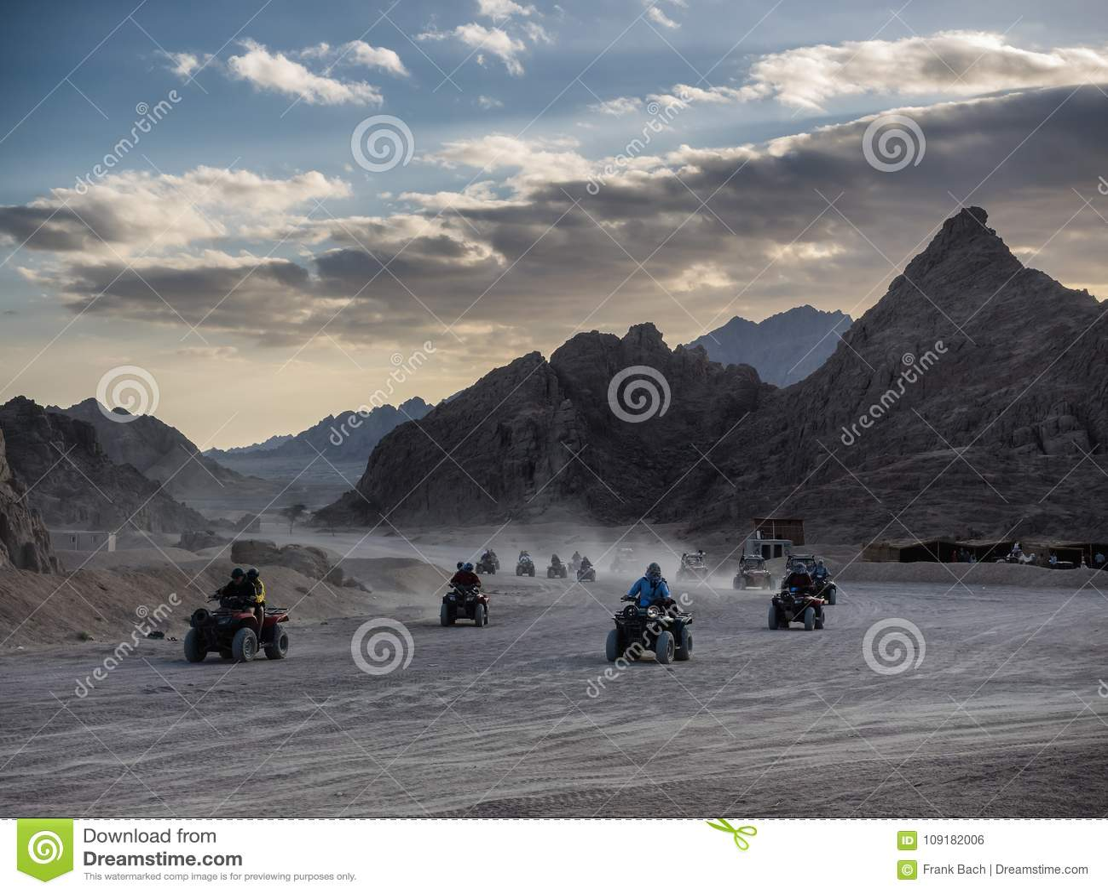 Дефектные автомобили в пустыне Синая