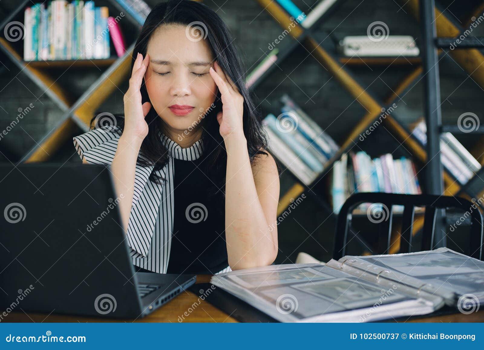 Деятельность девушки дела портрета азиатская молодая перегружала страдать от головной боли