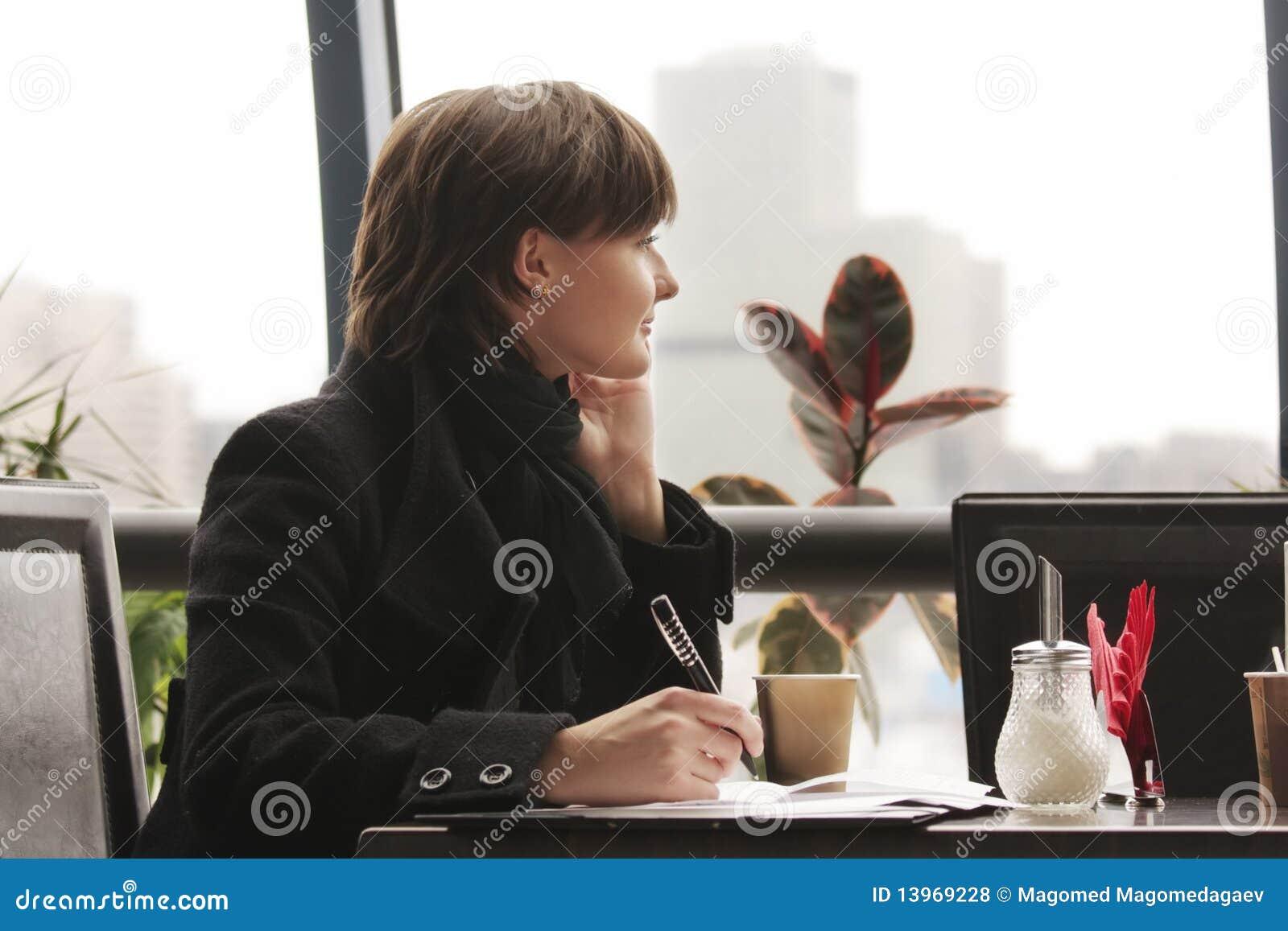 деятельность женщины черного кафа задумчивая