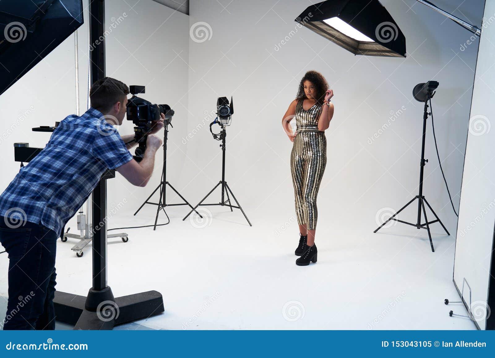 Работа фотографа с моделью в студии девушки на работу в интим салоны