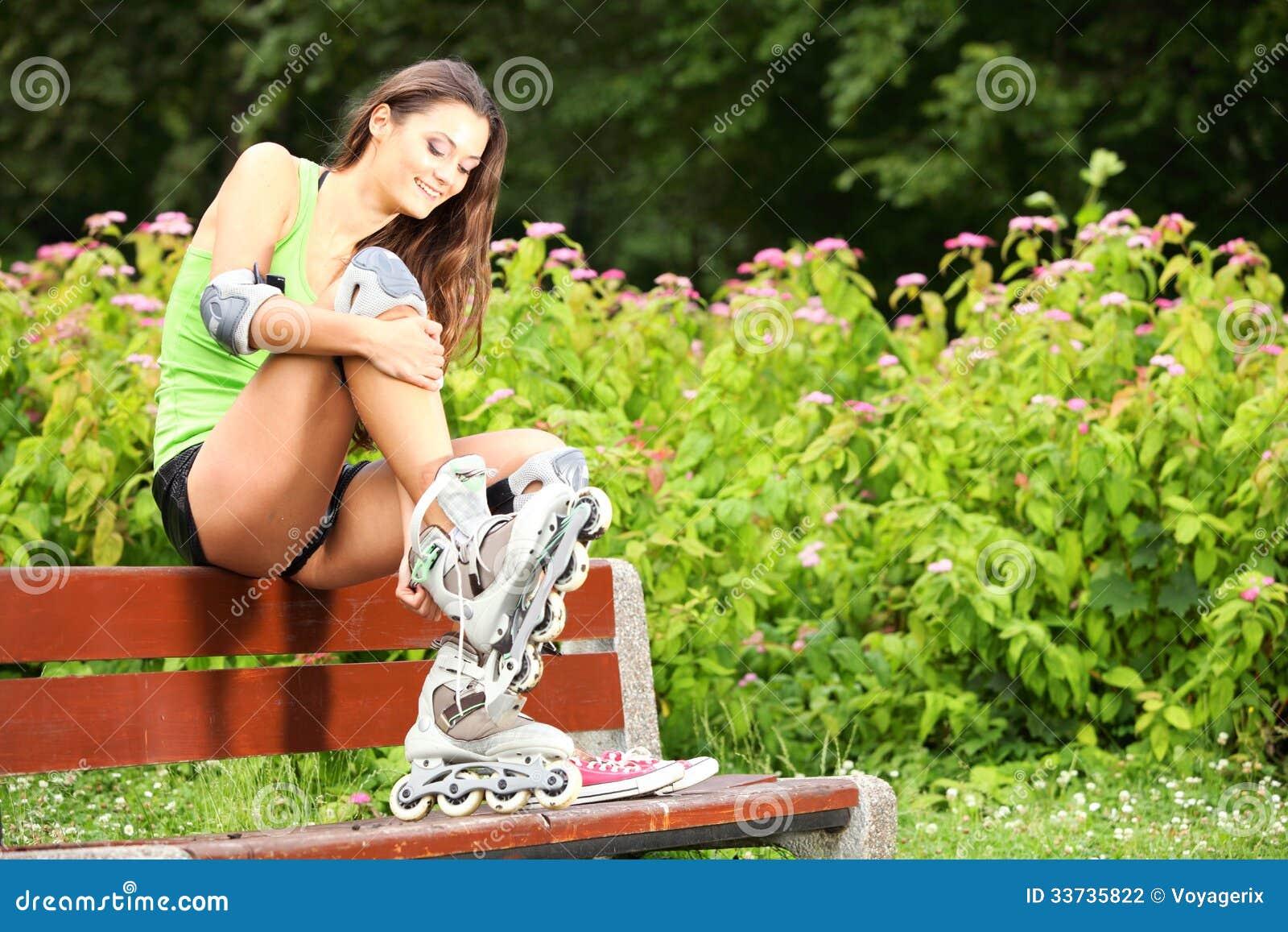 Деятельность при спорта кататься на коньках ролика женщины в парке