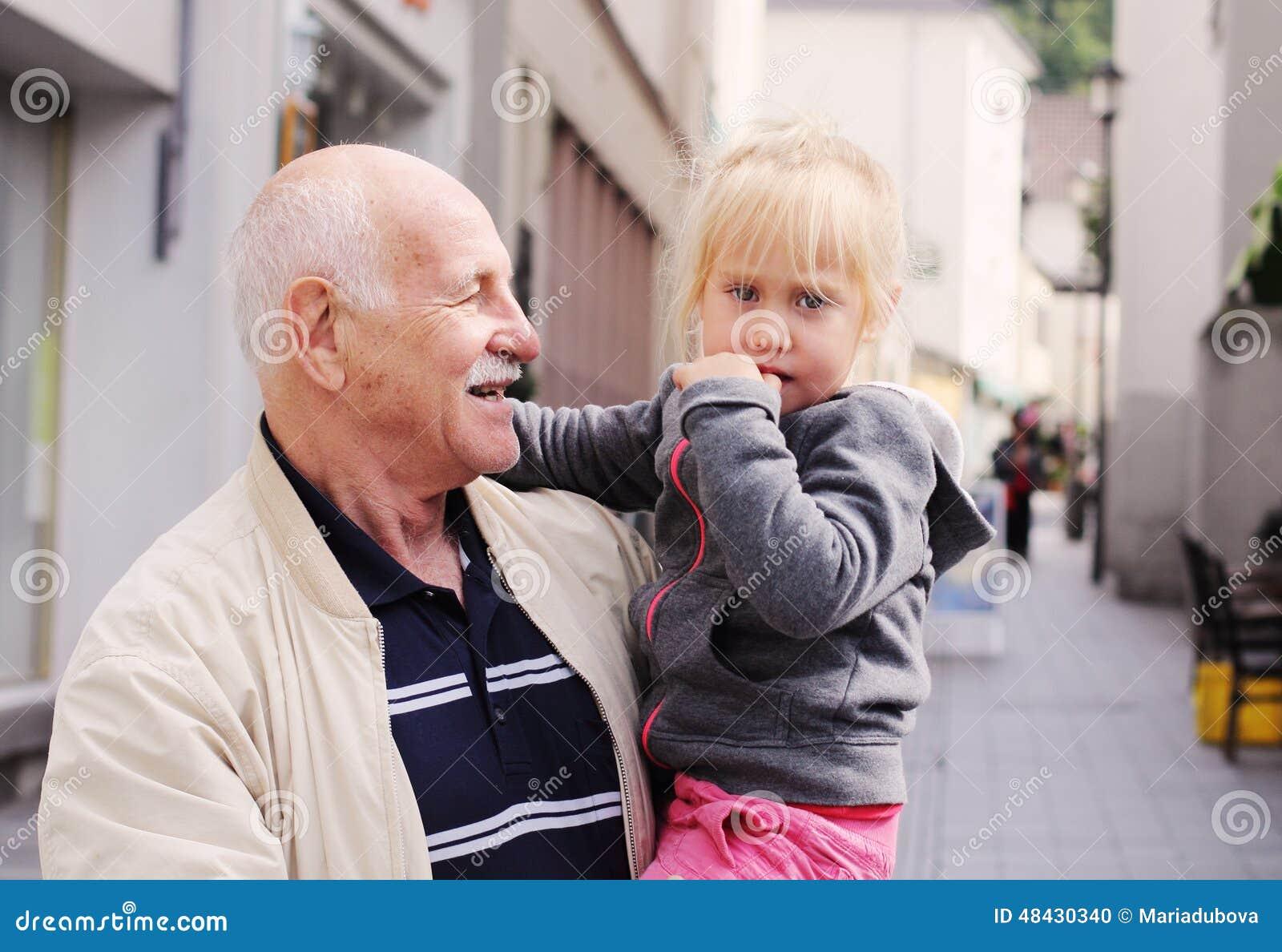 Дед держа внучку