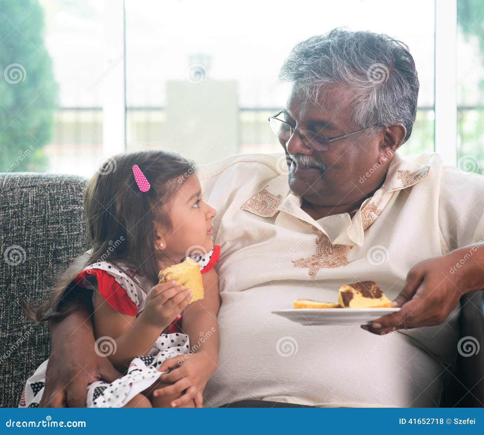 Дед и внук есть торт