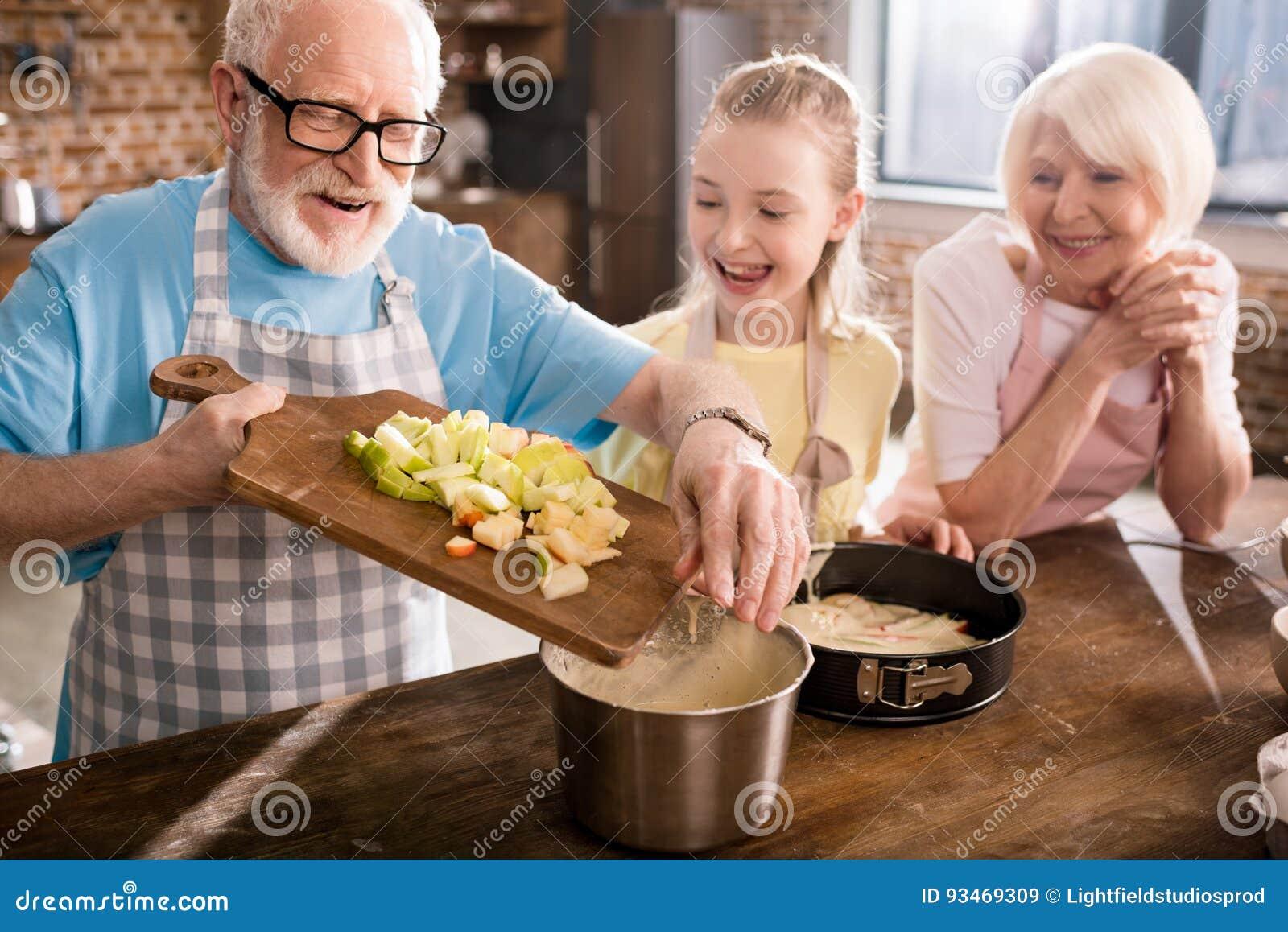 Деды и девушка варя совместно