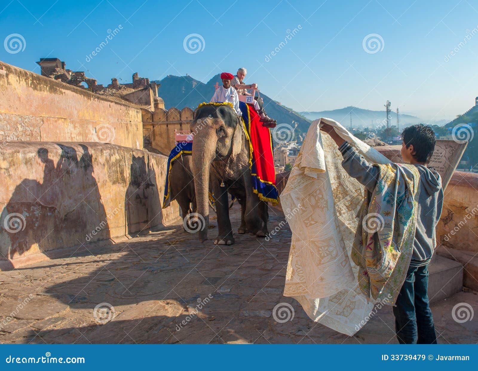 ДЖАЙПУР, RAJASTAN, ИНДИЯ - 27-ое января: Украшенный слон на Amb