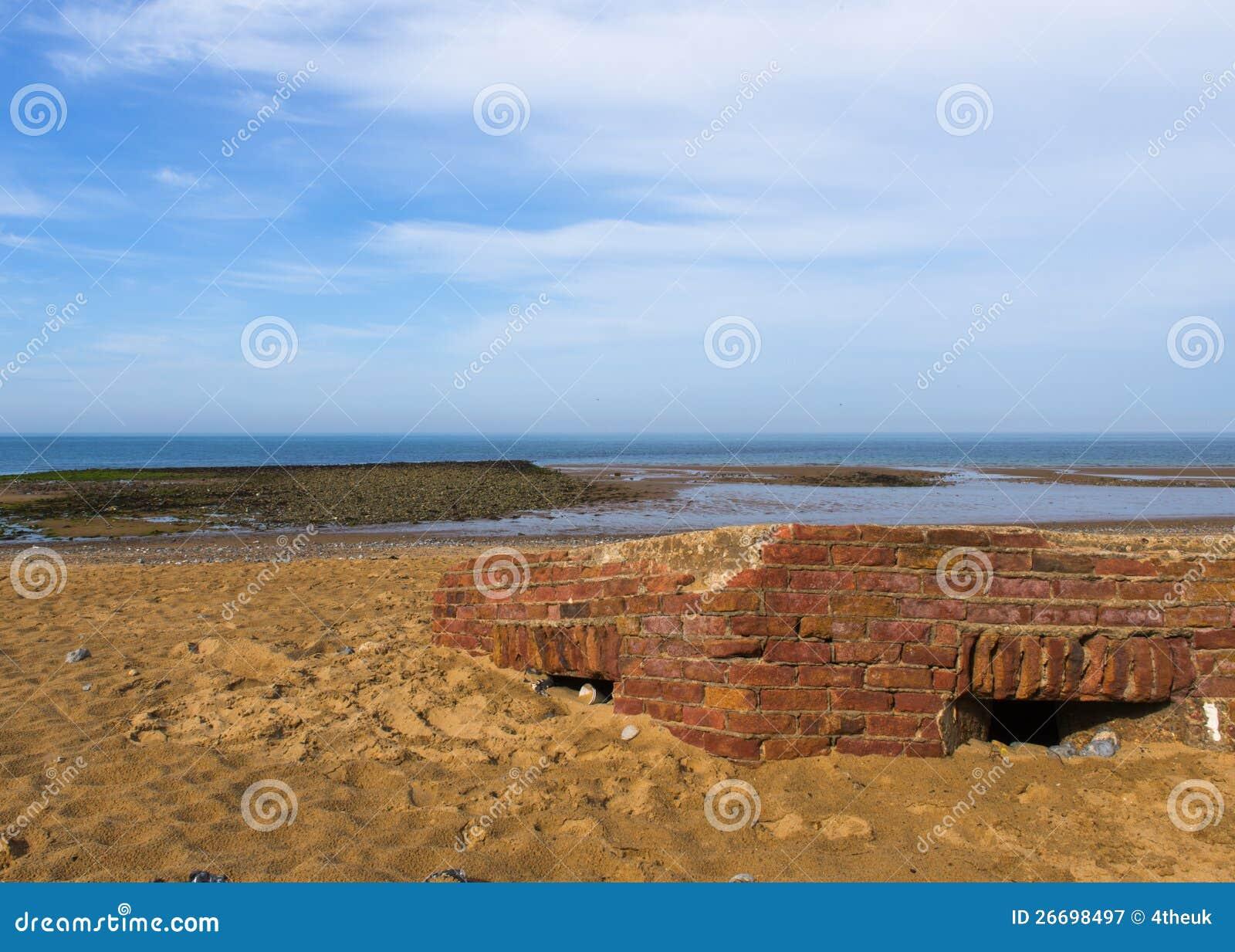 Дзот похороненный на песчаном пляже