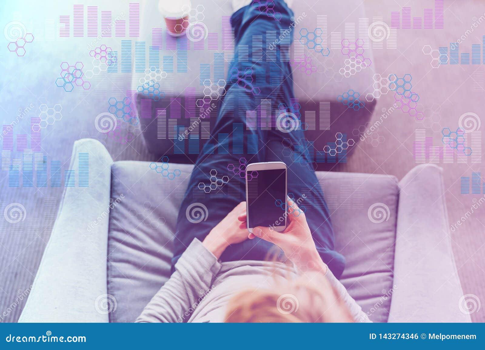 Диаграммы цифров и решетки шестиугольника с человеком используя смартфон